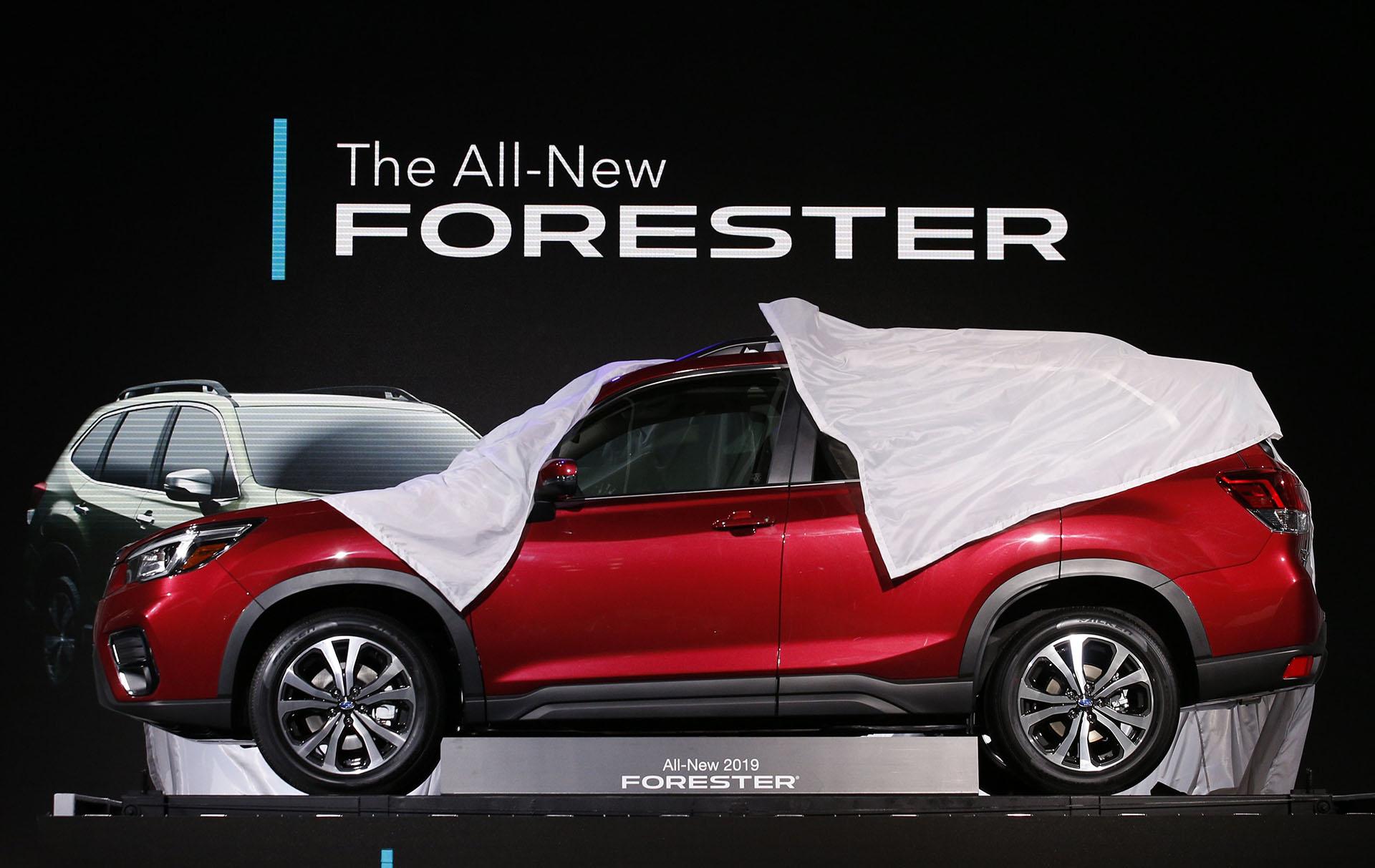 Subaru renovó el Forester tras cinco años. La quinta generación del modelo insignia de la marca japonesa conserva la estética tradicional, con leves cambios de adaptación al lenguaje de diseño moderno. El Subaru Forester 2018 potencia la polivalencia como principal característica y presenta nuevo equipamiento y tecnología