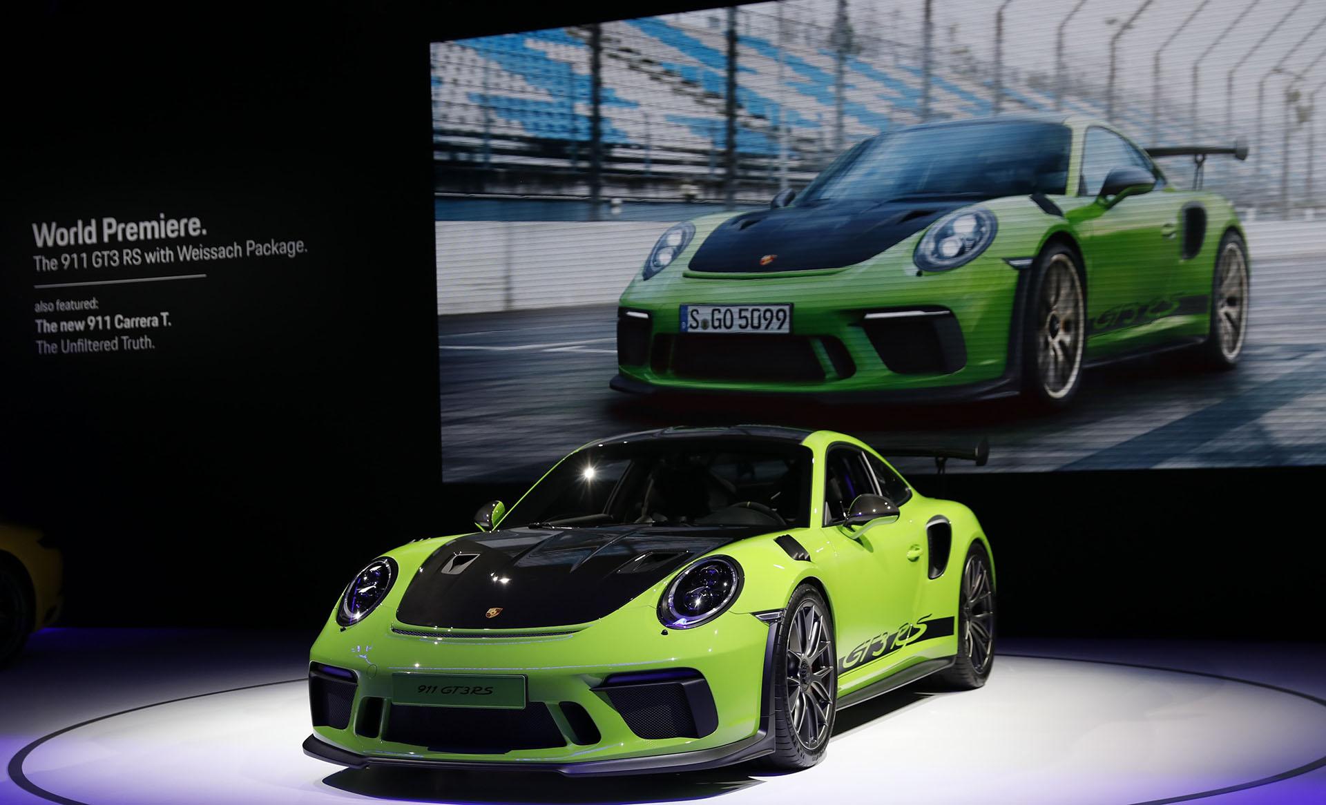 En Ginebra, Porsche empezó a despedir a la actual generación de su modelo más legendario: el 911. El Porsche 911 GT3 RS que ya exhibió en la cita helvética, se trasladó hacia Nueva York para estirar la trascendencia de su mítico deportivo. Homologado para circular en tráfico abierto pero pensado más para el circuito que para la calle, es el nueveonce de aspiración atmosférica más potente de la historia