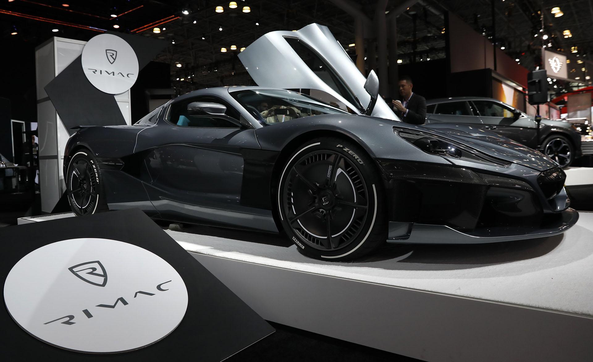 Rimac reforzó su compromiso con el mercado de los deportivos eléctricos. Lo develó en Ginebra y lo exhibe ahora en Nueva York: es el Rimac Concept Two. Por sus prestaciones pretende ser competidor directo del Chiron de Bugatti o del Agera de Koenigsegg, pero su principal rival es Tesla. Otro súper auto que se inclina por la propulsión sustentable
