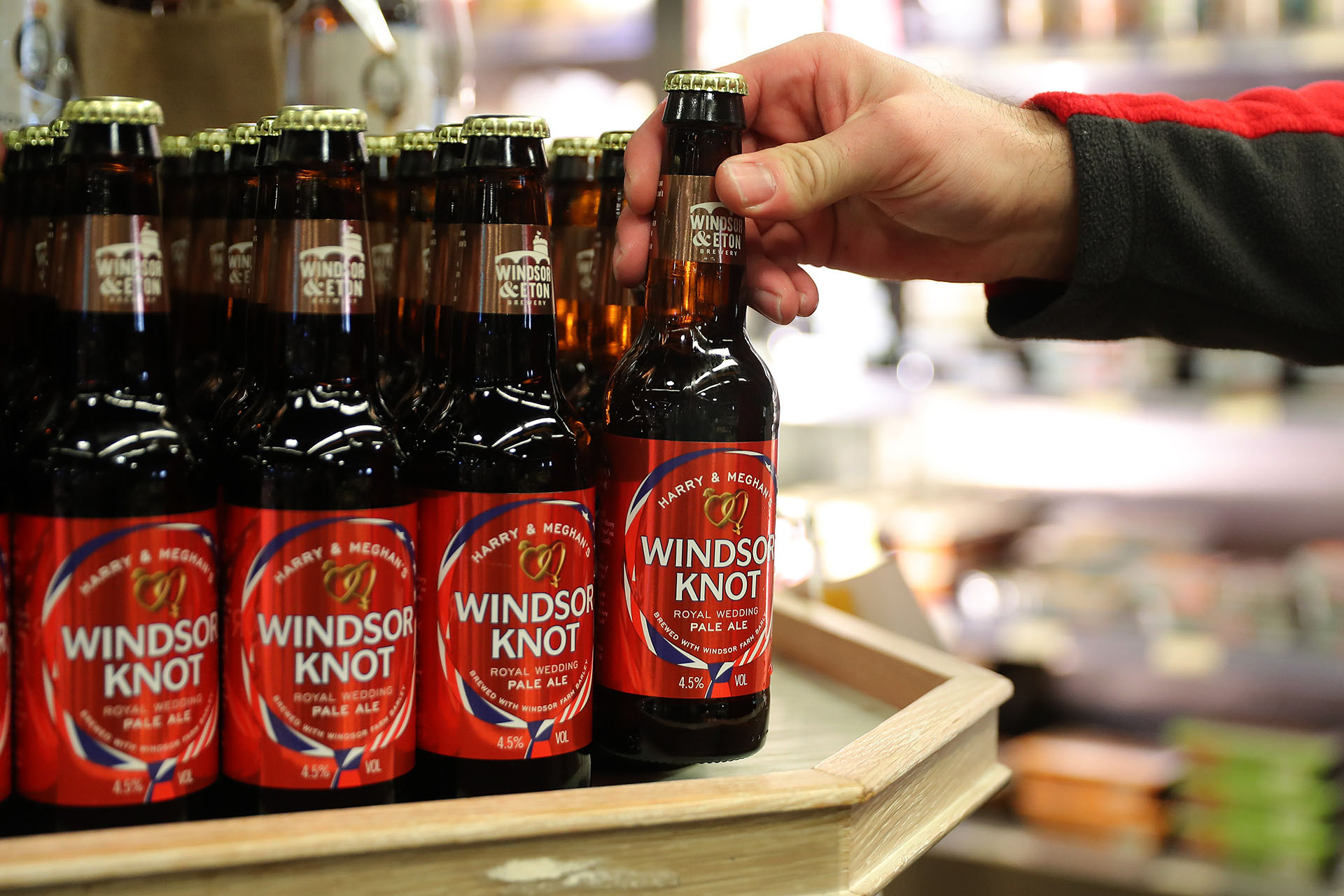 Se venden botellas de cerveza con el nombre de los novios