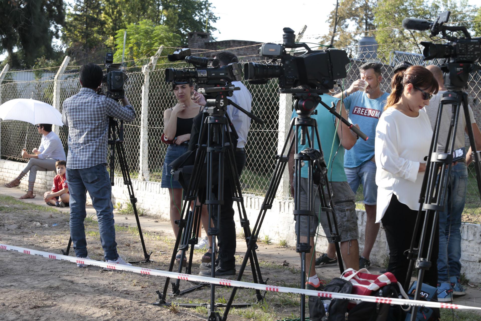 El periodismo hizo guardia en la puerta del lugar (Crédito de Foto: Christian Bochichio)