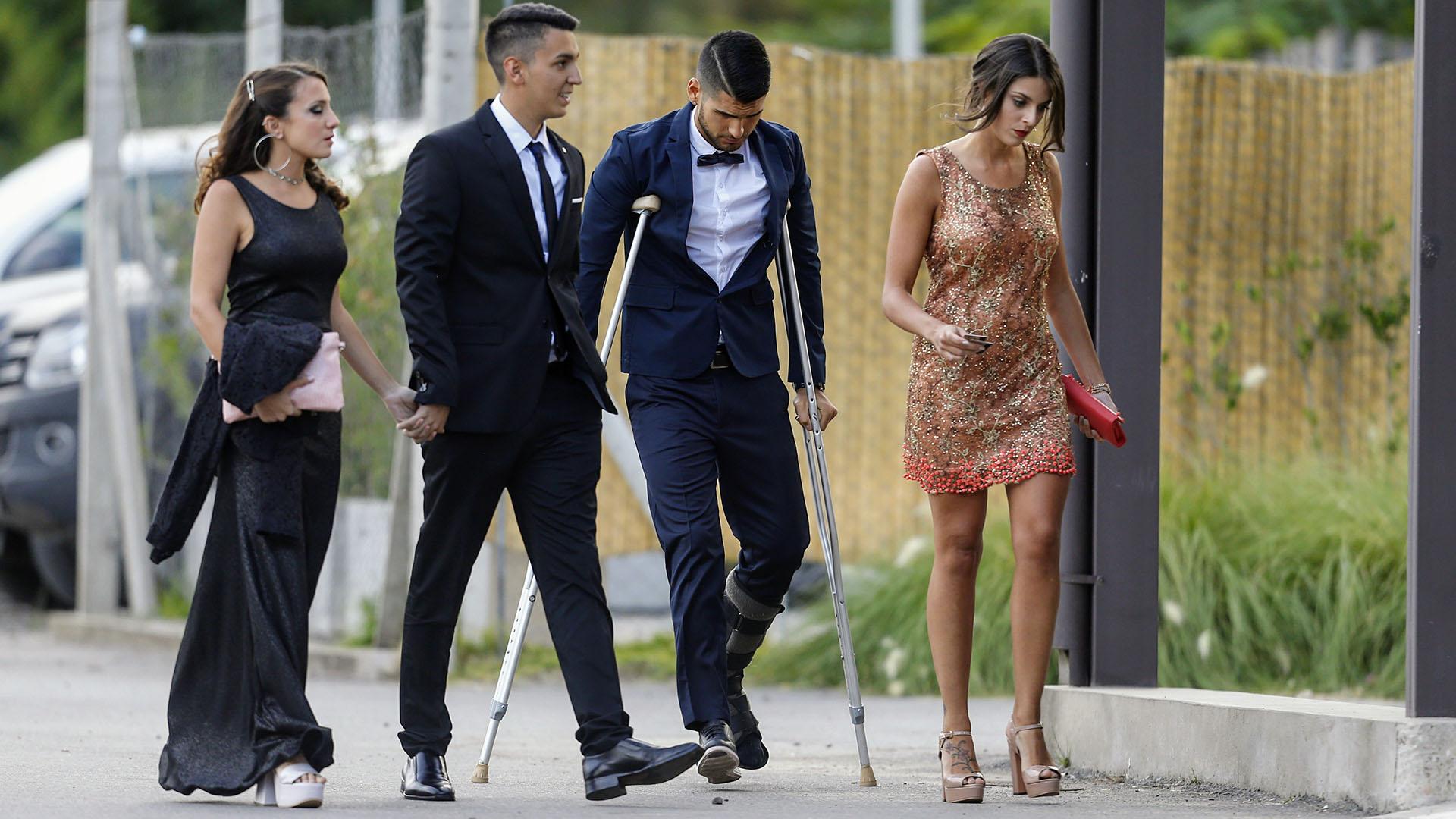 Nadie se quiso perder la boda del año y ni siquiera las muletas fueron impedimento para llegar al lugar (Nicolás Aboaf)