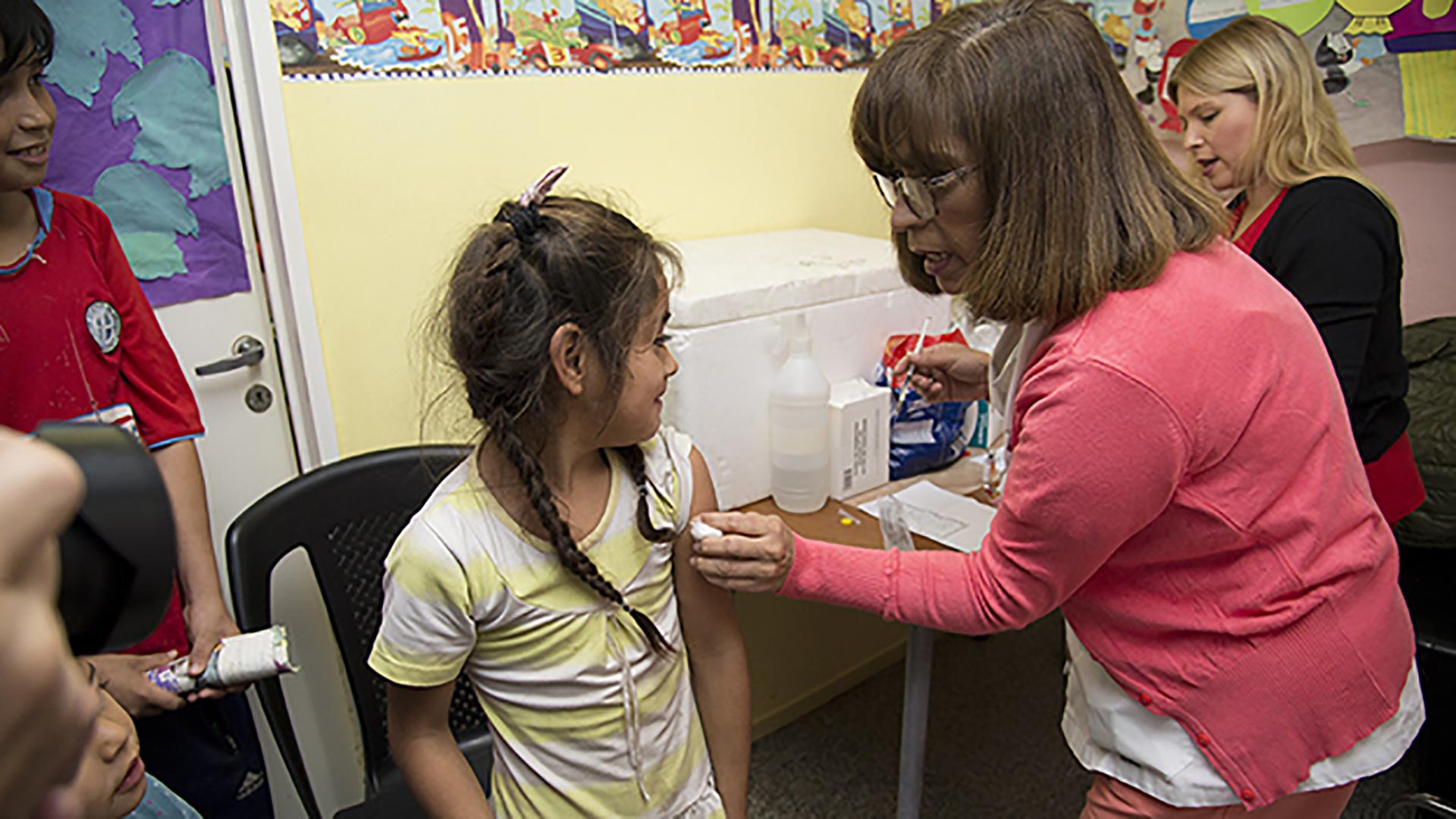 La infección causada por el virus sólo se previene con la vacuna,