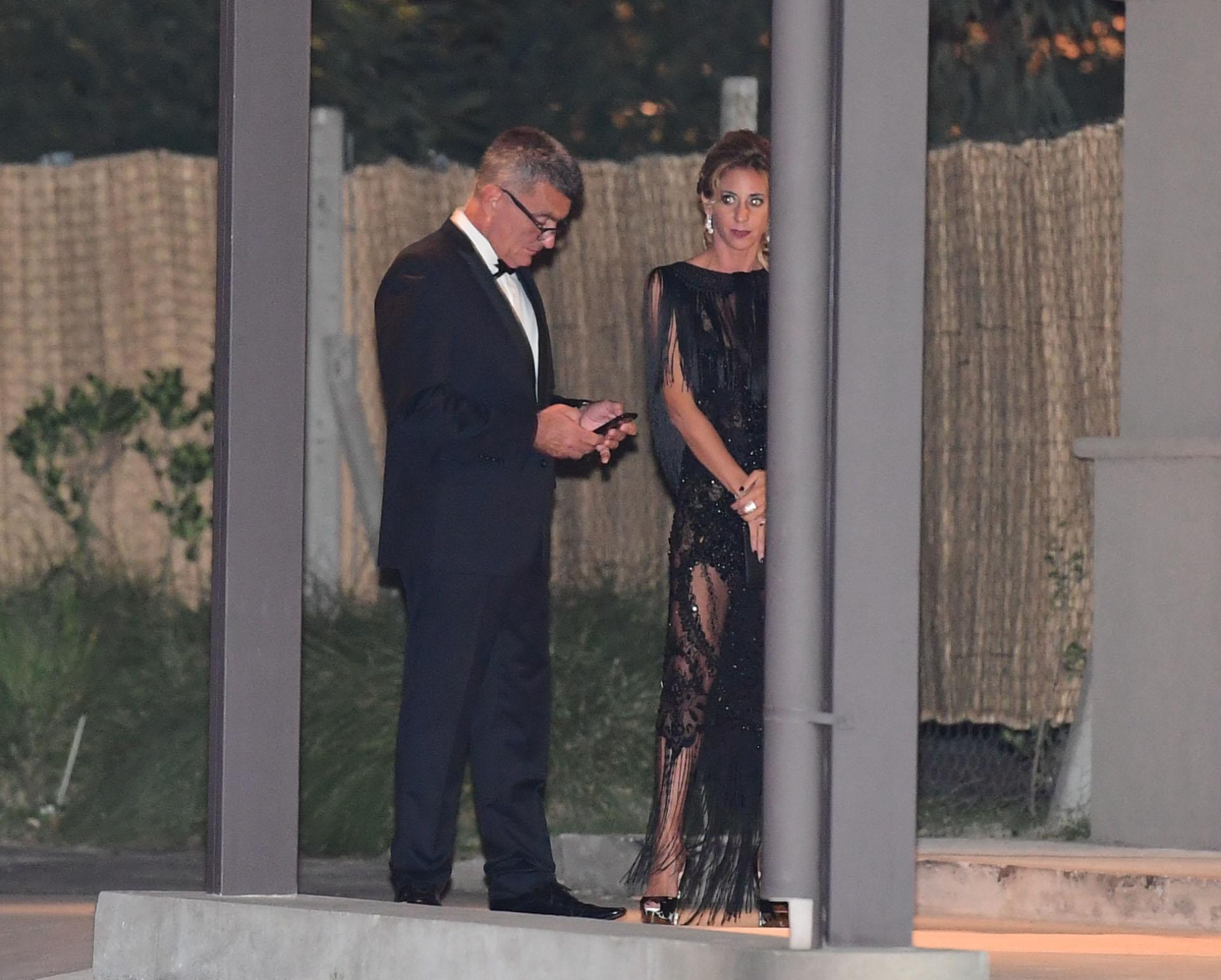 Como estaba prohibido el uso de celulares, muchos aprovecharon antes de ingresar para chequear sus teléfonos (Maxi Luna)