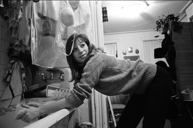 Barbra Streisand a los 21 años lavando su ropa interior en su apartamento (Foto: Bill Eppridge)