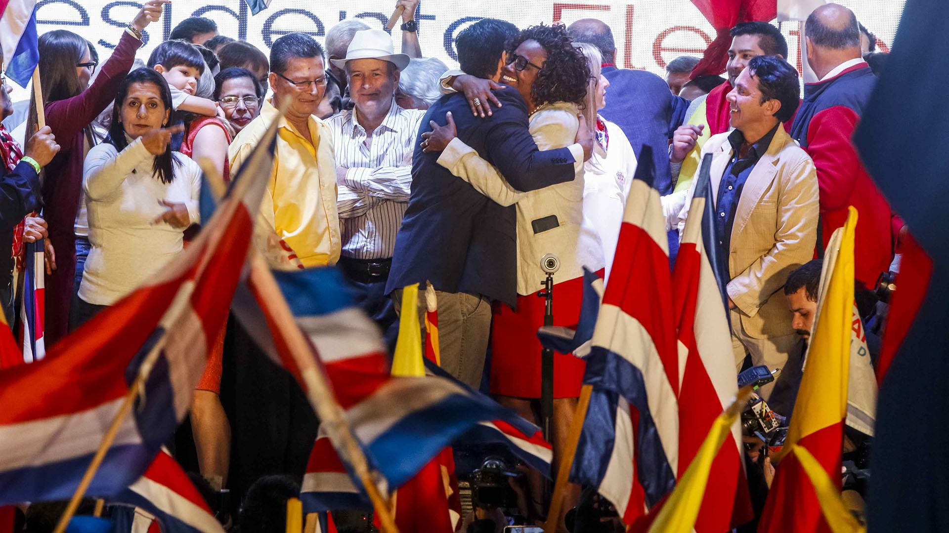 Carlos Alvardo se abraza con la vicepresidenta electa, Epsy Campbell (EFE/Alexander Otárola)