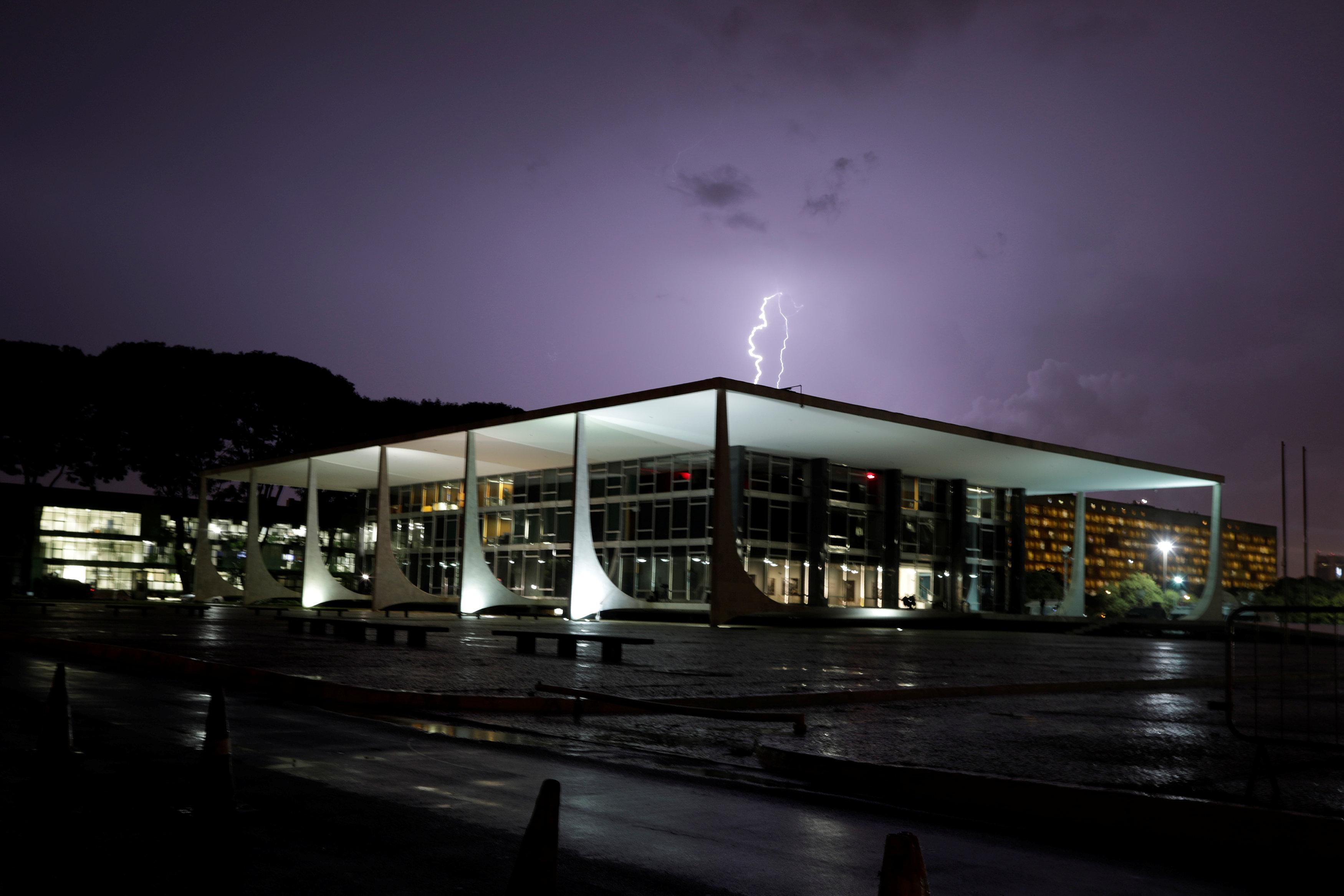 Un rayo golpea el Tribunal Supremo en Brasilia un día antes de la decisión sobre el pedido de habeas corpus de Lula da Silva (Reuters/Ueslei Marcelino)