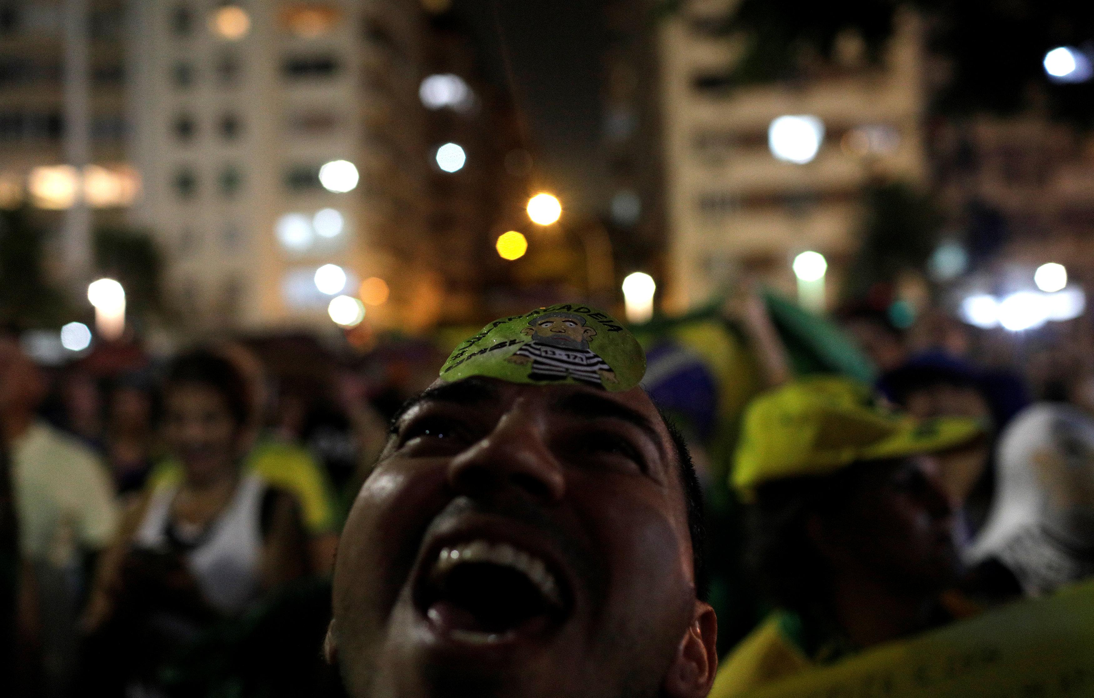 Manifestante en Río de Janeiro (Reuters/Ricardo Moraes)