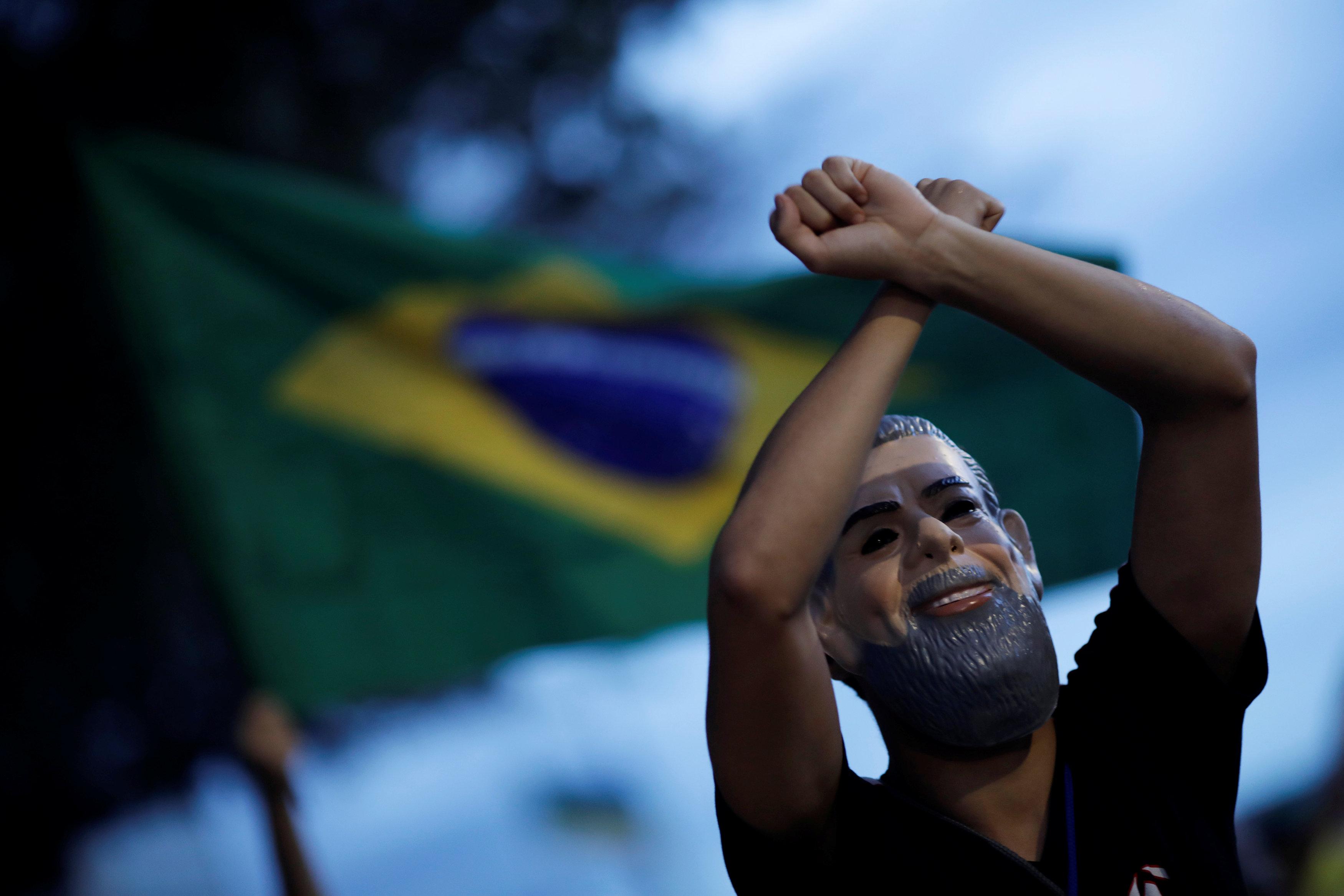 Un manifestante con la máscara de Lula en Brasilia (REUTERS/Adriano Machado)