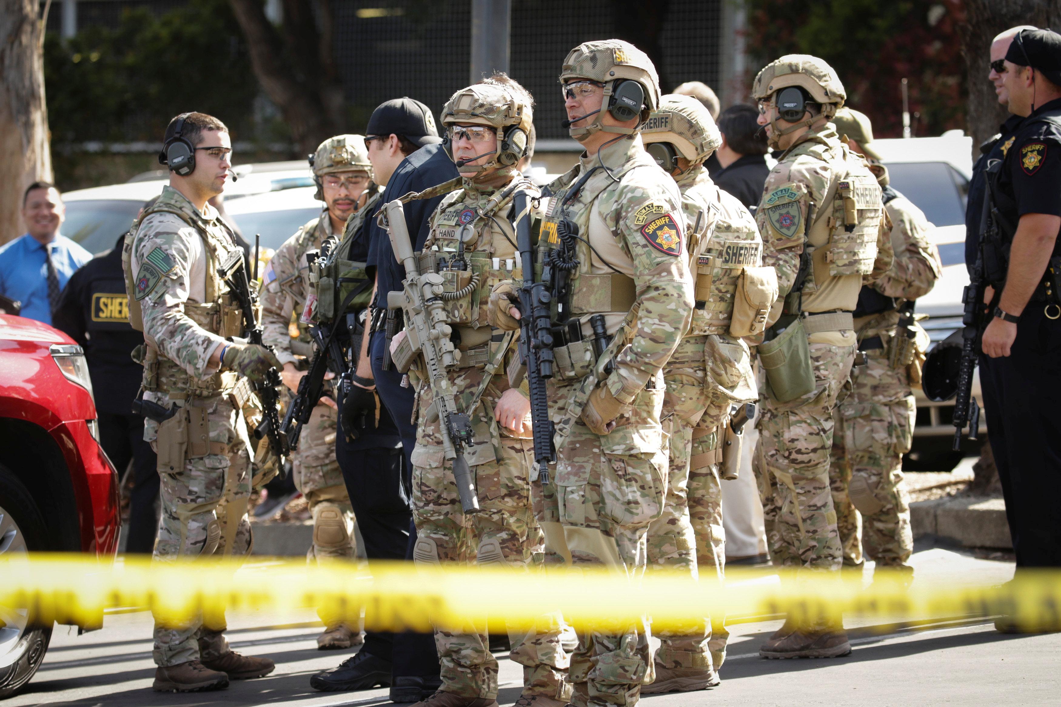 Agentes del equipo SWAT en el lugar del tiroteo (REUTERS/Elijah Nouvelage)