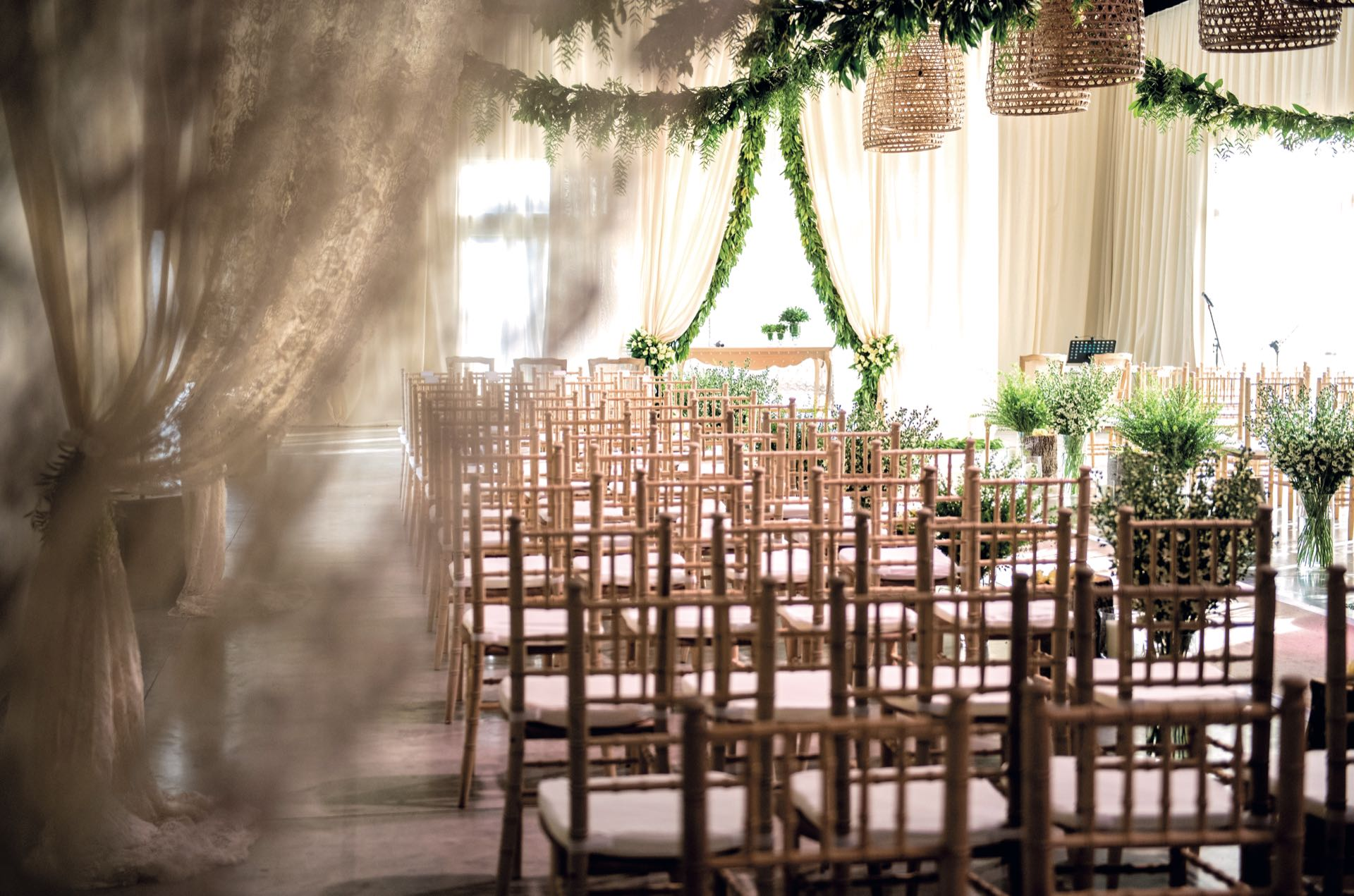 La ceremonia se realizó en un salón decorado con cortinas de guipure y guirnaldas de follaje.