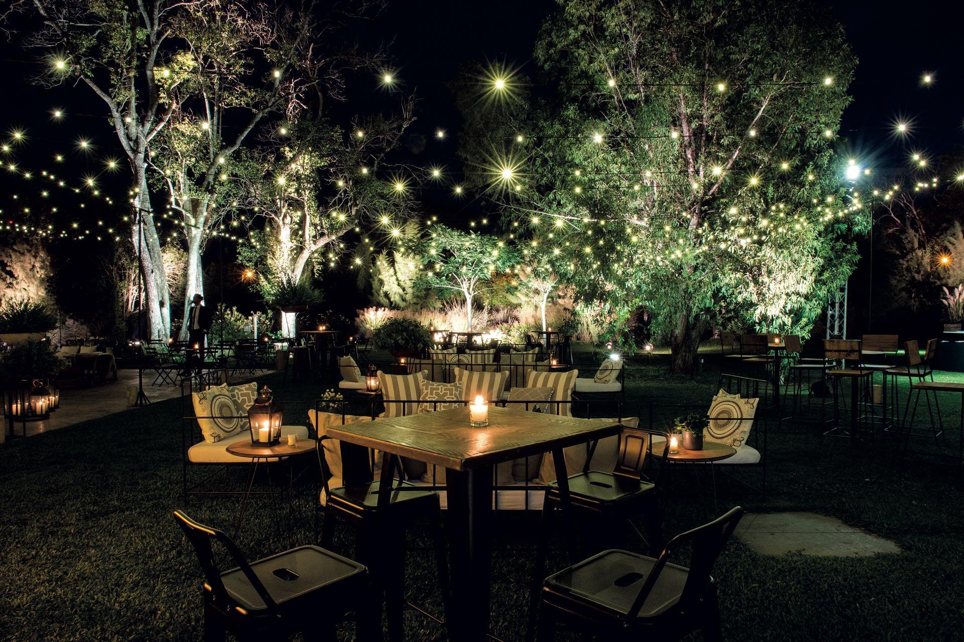 En el jardín, donde se realizó la recepción, se colocaron más de dos mil luces led, livings de madera y hierro, camastros, sillones y pufs.