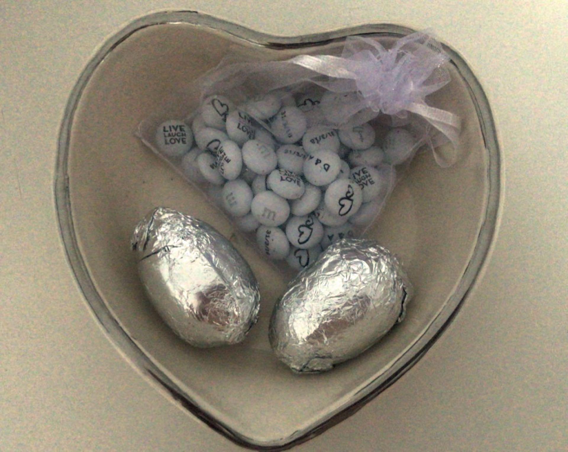 De la mano de Nicolás Pottery (su profesor de alfarería desde hace más de un año), Dalma realizó, uno por uno, los casi 300 cuencos con forma de corazón que se entregaron como souvenirs de la boda, con confites y huevos de Pascua en el interior.