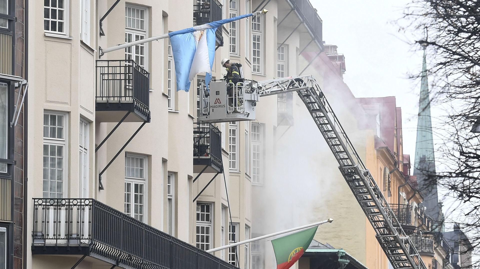 Los bomberos trabajan en el nivel donde está ubicada la embajada de Argentina en Suecia (AFP)