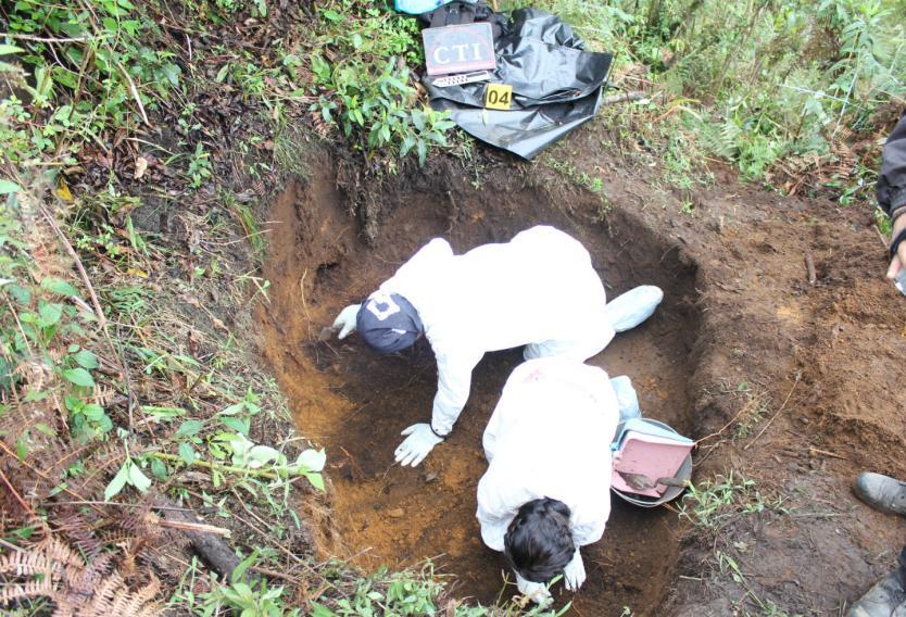 Peritos forenses trabajan en el lugar donde fue hallado sin vida el cuerpo de Claudia Yazmín Parra Ortiz (Gentileza RCN Colombia)