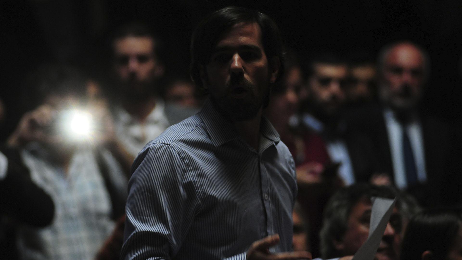 Nicolás del Caño habla a pesar del corte de energía (Foto: Maximiliano Luna)