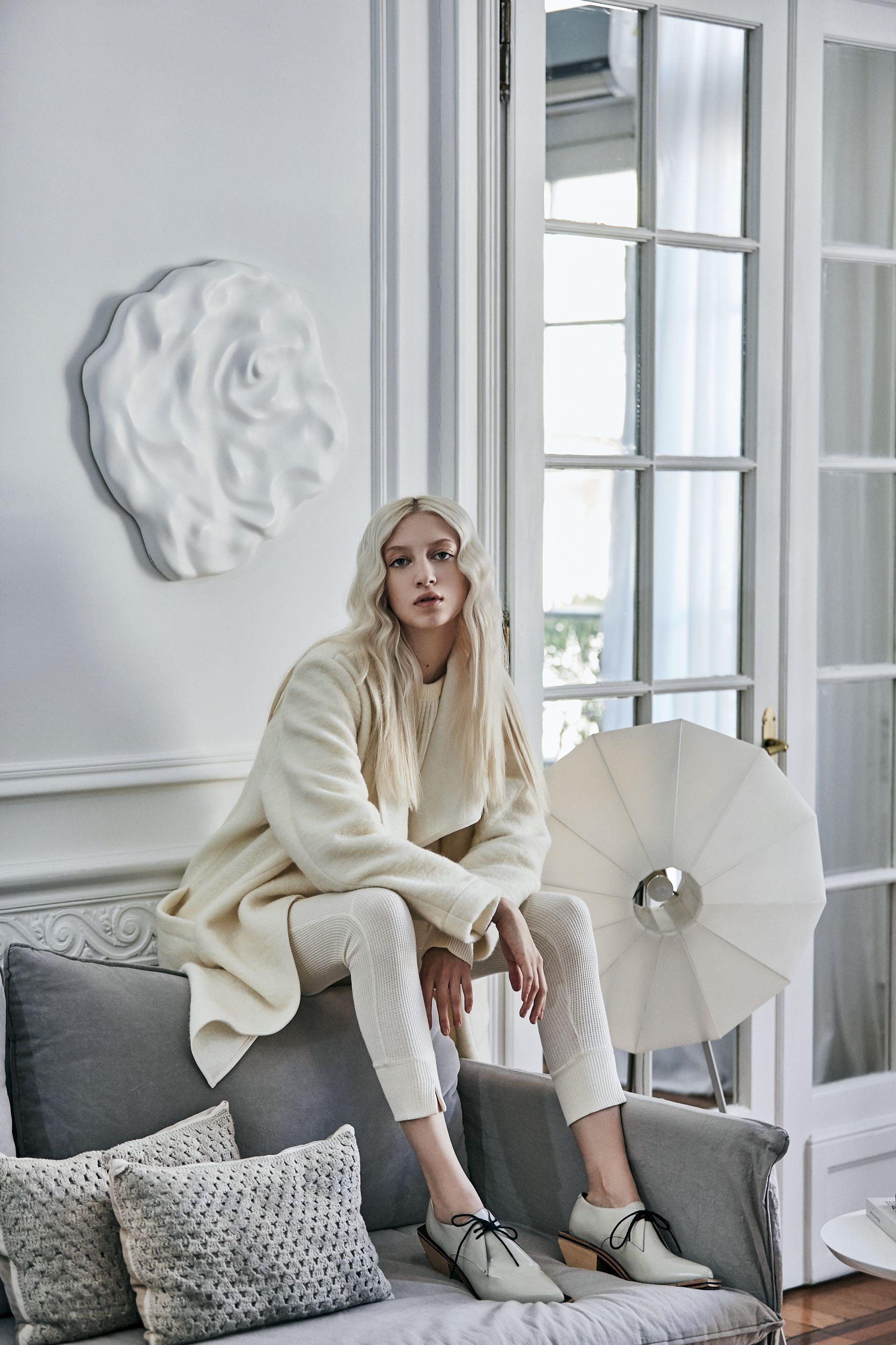 Tapado de lana cruda (Rafael Garófalo), suéter de lana con lazo ($ 2.490, Las Pepas), leggings de algodón (Cher) y zapatos de charol ($ 5.840, Mishka).(Foto: Chino Toccalino/ Para Ti)