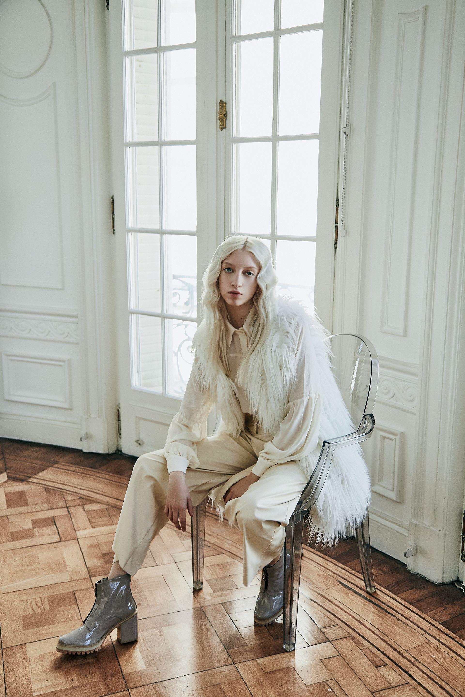 Chaleco de símil piel (India Style), camisa de seda ($ 2.187, La Cofradía) y pantalón de símil cuero ($ 7.320, Mishka). Botas ($ 4.480, Vitamina).(Foto: Chino Toccalino/ Para Ti)
