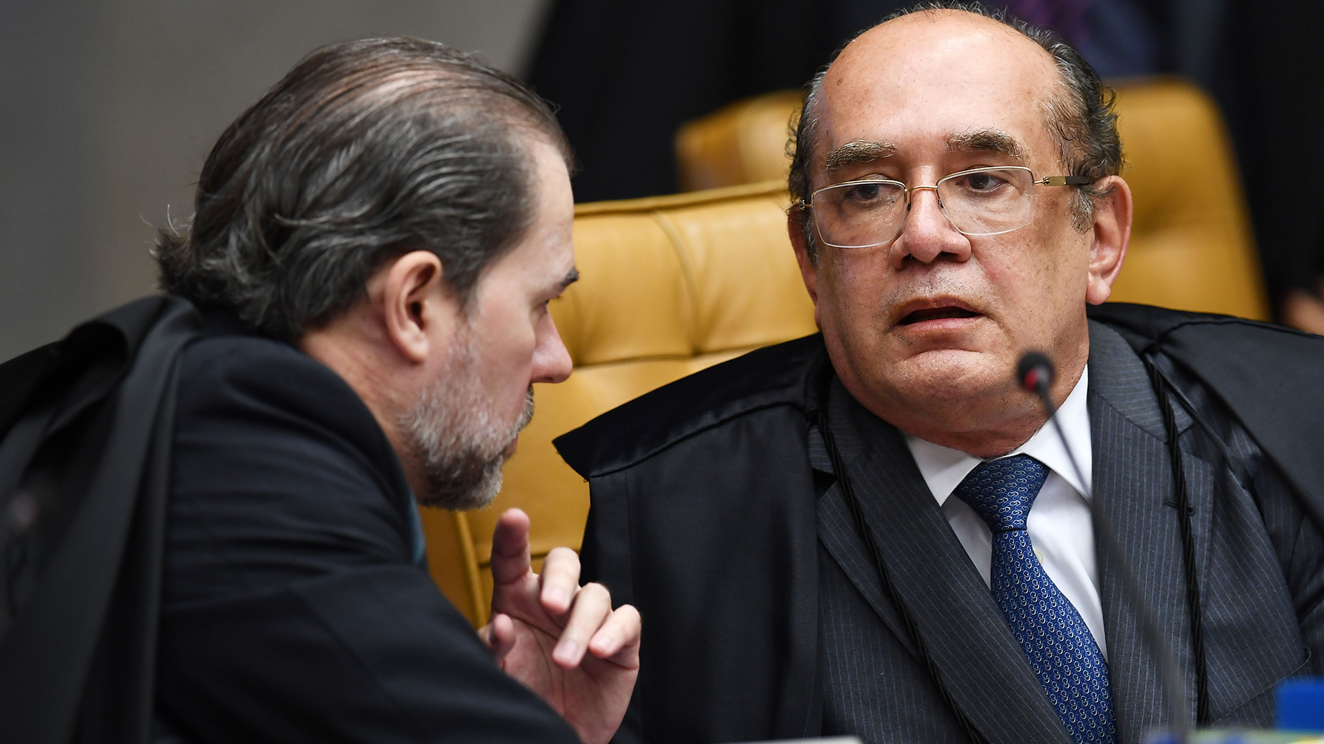 Los jueces Gilmar Mendes y Dias Toffoli conversan antes de dar inico a la sesión (AFP)