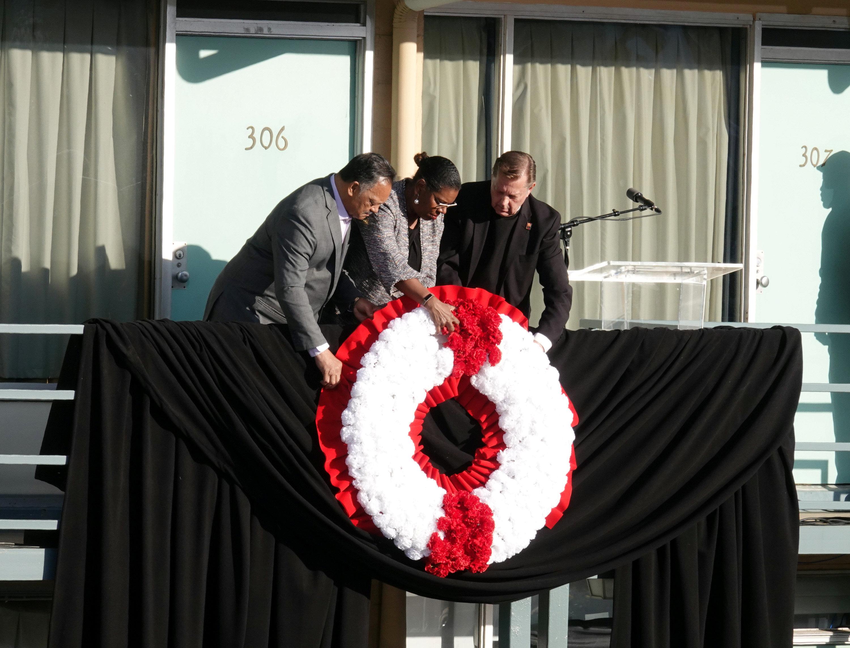 El Rev. Jessie Jackson pone una corona frente a la habitación del Hotel Lorraine en la que murió Martin Luther King (REUTERS/Karen Pulfer Focht)