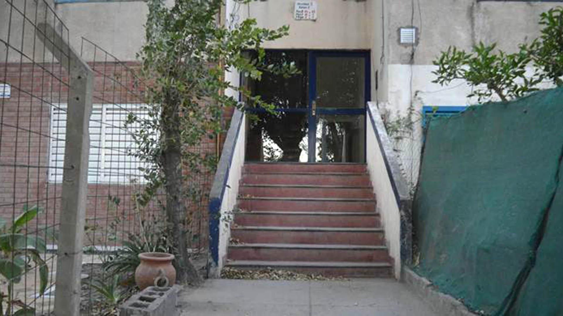 La escalinata de uno de los monoblocks del barrio Rucci donde quedó tirada Agustina Bustos