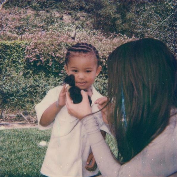 Kim Kardashian y su hijo Saint durante las festividades familiares el domingo de Pascuas (Instagram: Kim Kardashian)
