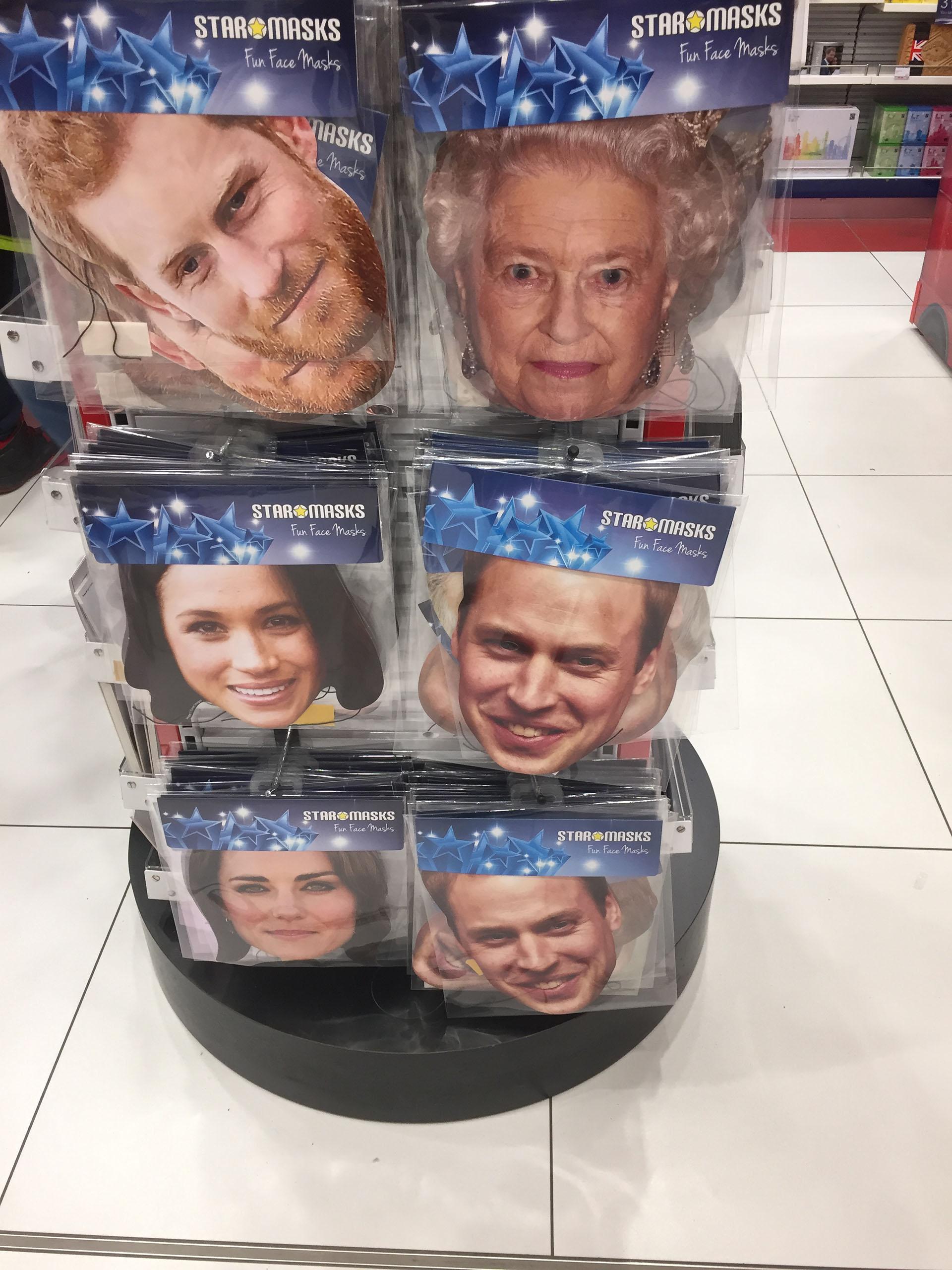 Máscaras con el rostro de los miembros de la realeza