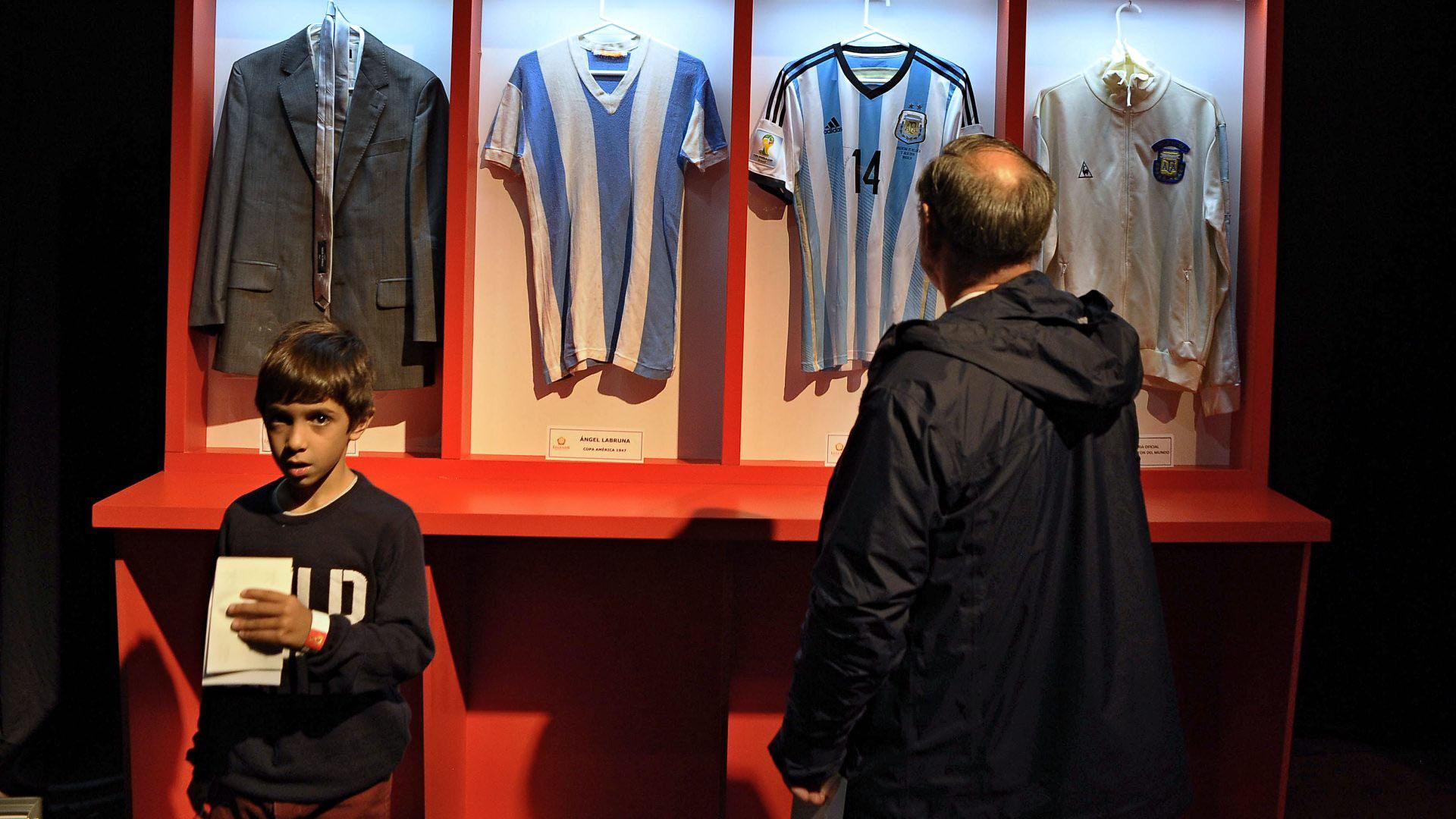 El traje de Maradona como DT y las camisetas de Ángel Labruna y Javier Mascherano no faltaron (Patricio Murphy)