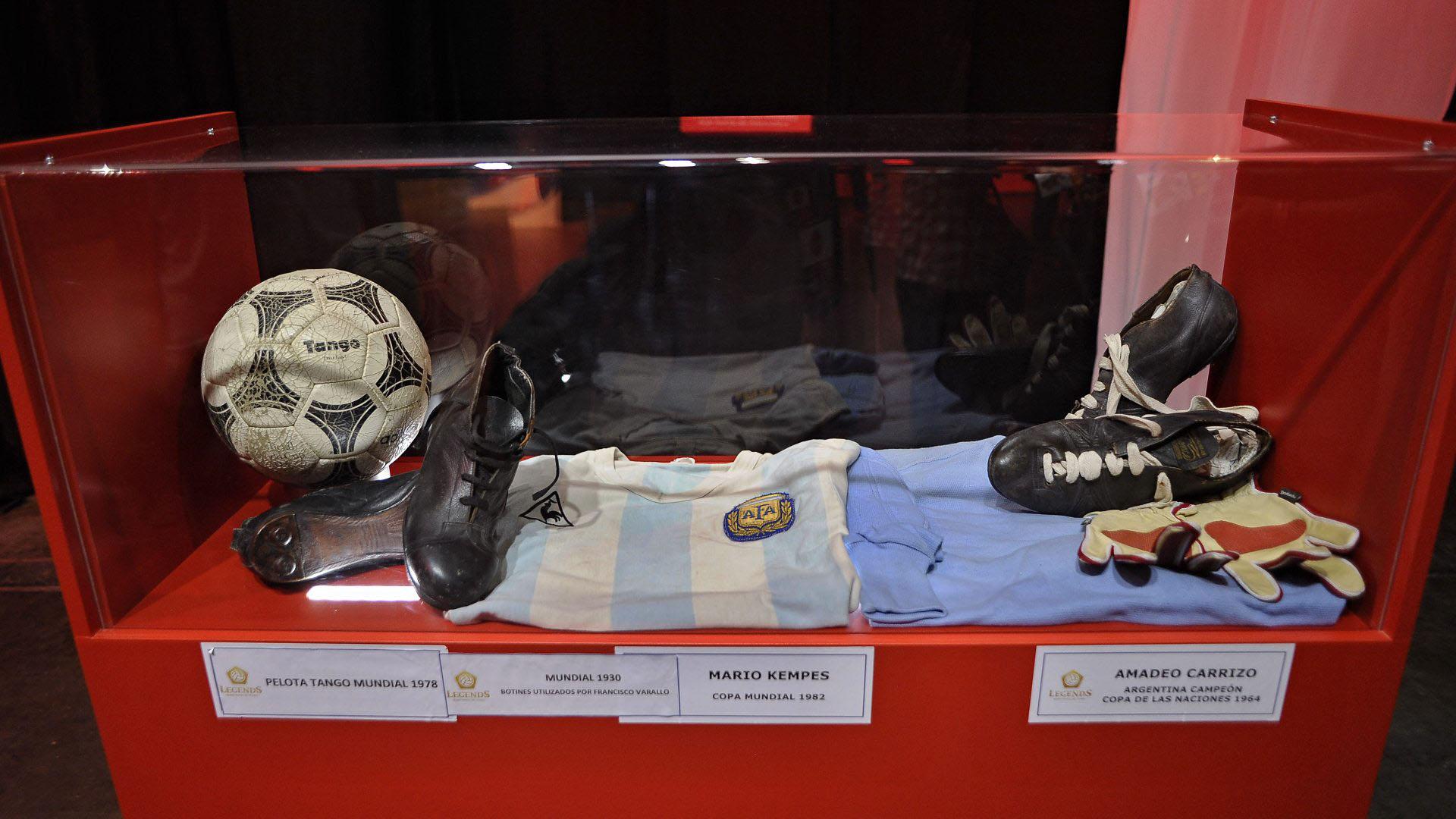 La pelota Tango junto a los elementos usados por Varallo, Kempes y Carrizo (Patricio Murphy)