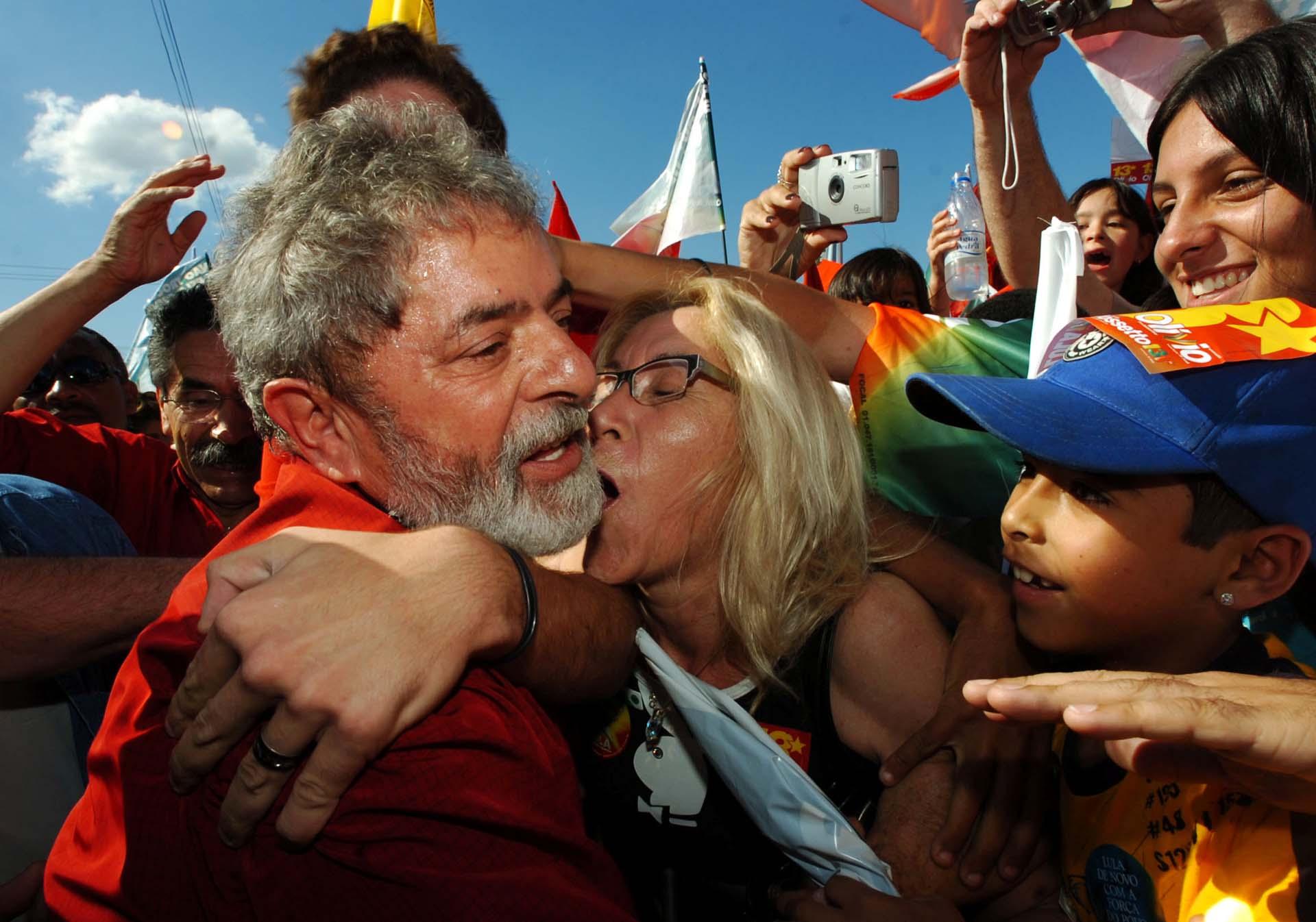 Tras un primer período presidencial, el líder del PT lanzó su candidatura para la reelección. Miles de militantes fueron a apoyarlo durante un acto de campaña en Porto Alegre (Reuters/Diego Vara)