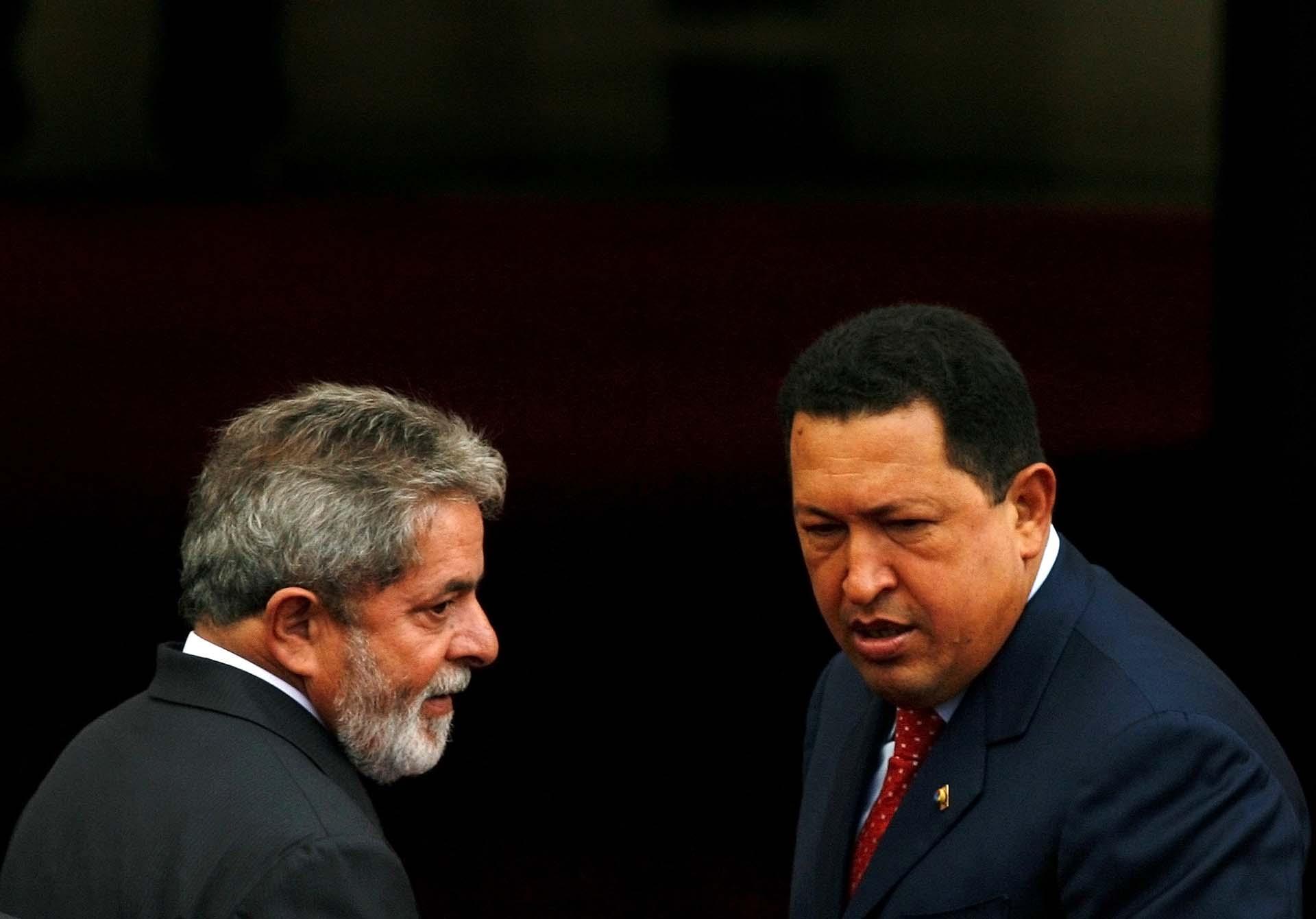 Lula forjó una estrecha relación con el fallecido ex presidente de Venezuela Hugo Chávez. Esta imagen fue tomada en una de sus visitas el Palacio de Miraflores, en Caracas, el 13 de diciembre de 2007 (Reuters/Jorge Silva)