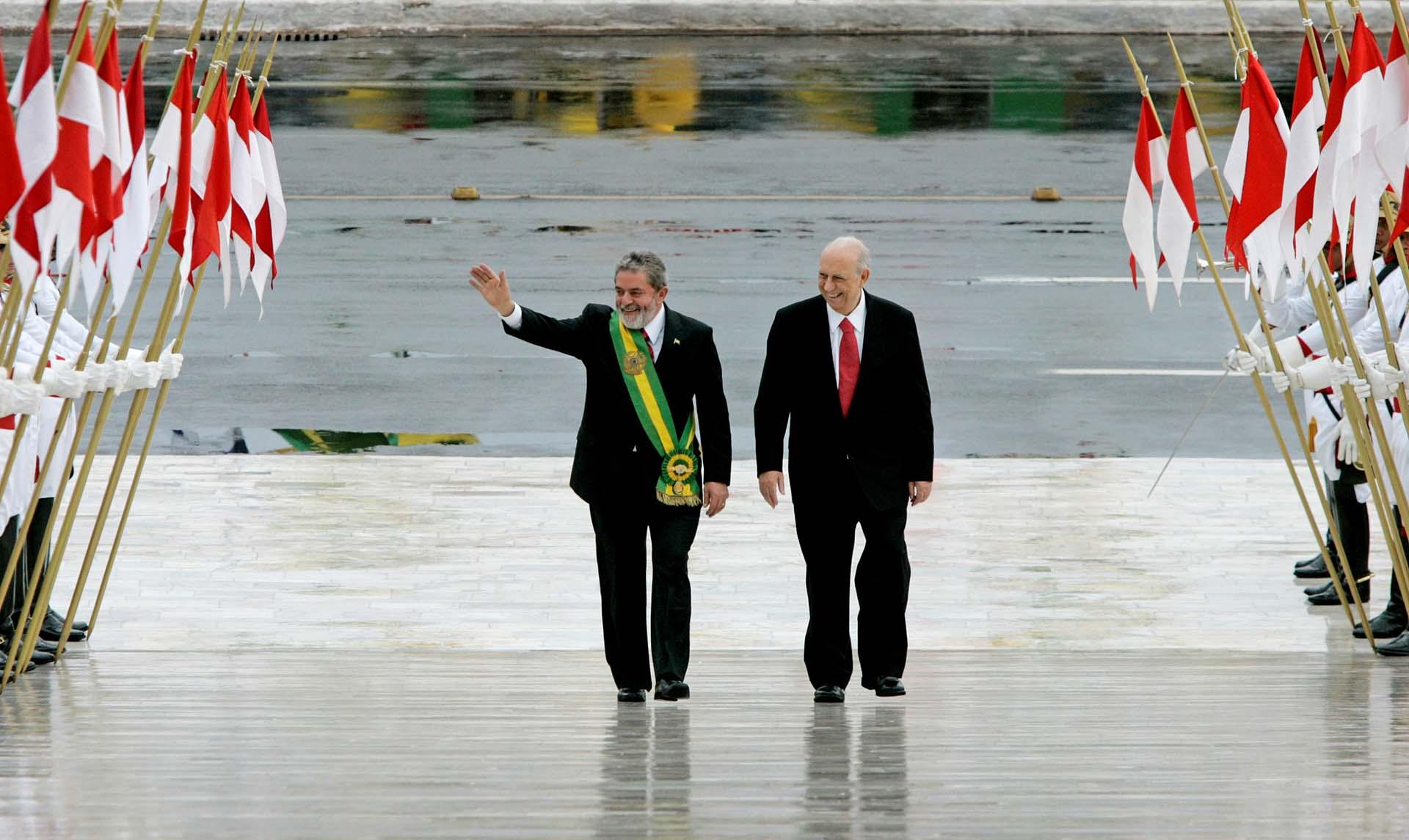 En las elecciones del 1 de octubre de 2016, Lula se impuso sobre Gerald Alckmin, a quien también venció en segunda vuelta. El 1 de enero fue investido, junto con su vicepresidente José Alencar, en el Palacio del Planalto, en Brasilia (Reuters/Rickey Rogers)