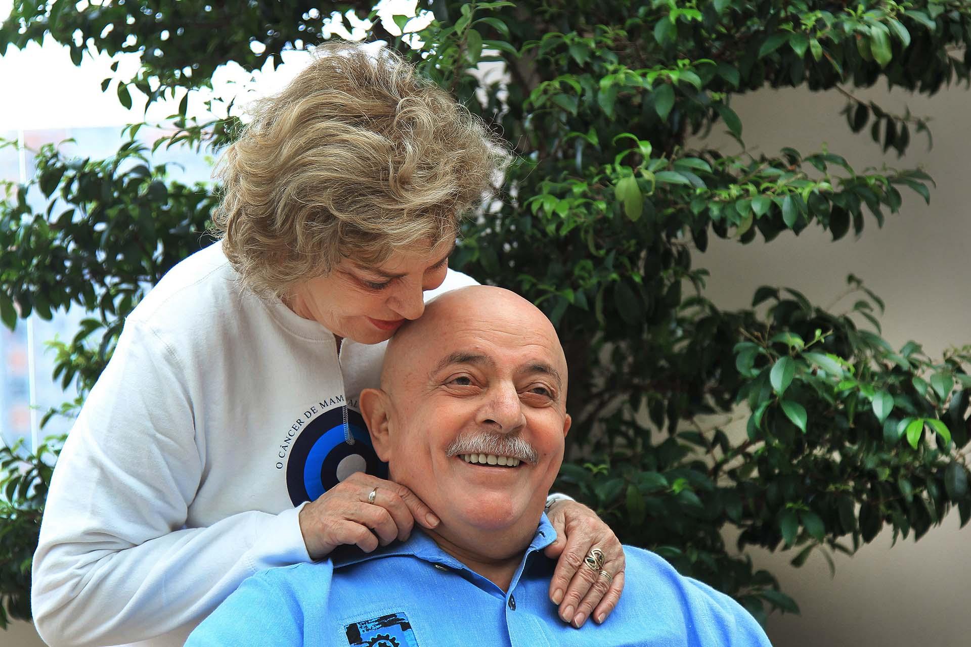 En 2011, a Lula se le diagnosticó cáncer de laringe. En esta imagen se lo ve junto con su esposa Marisa Leticia -fallecida en febrero de 2017-, quien le afeitó la barba y la cabeza, en su casa de São Bernardo do Campo, en San Pablo, antes de que se le cayera el cabello como consecuencia de la quimioterapia. Un año después, los médicos aseguraron que el tumor maligno había desaparecido (EFE / Ricardo Stuckert)
