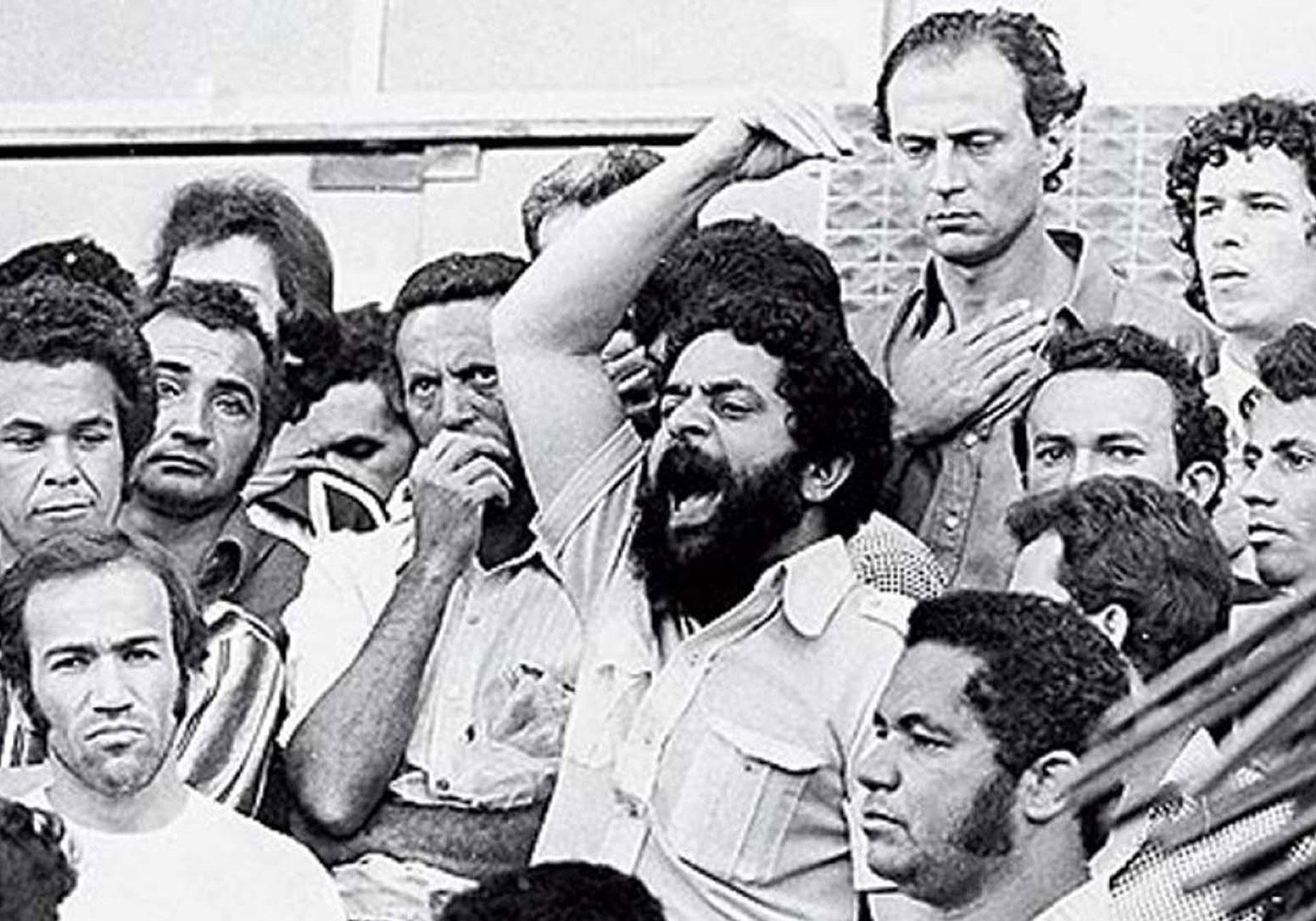 En la década de 1970, Lula asumió la presidencia del sindicato de los obreros de la metalurgia. Durante la dictadura militar fue uno de los dirigentes que convocó las mayores huelgas