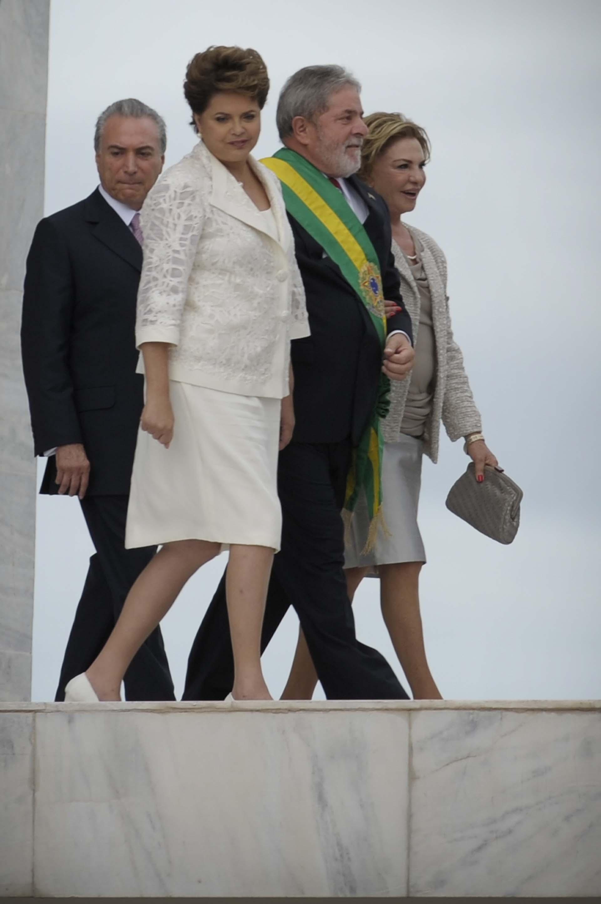 Después de dos mandatos, Lula no puede volver a presentarse a la presidencia, pero el Partido de los Trabajadores se mantiene en el poder. Dilma Rousseff se impuso en las elecciones de 2010, y el 1 de enero de 2011 recibió la banda de su padrino político(AFP Photo / Mauricio Lima)