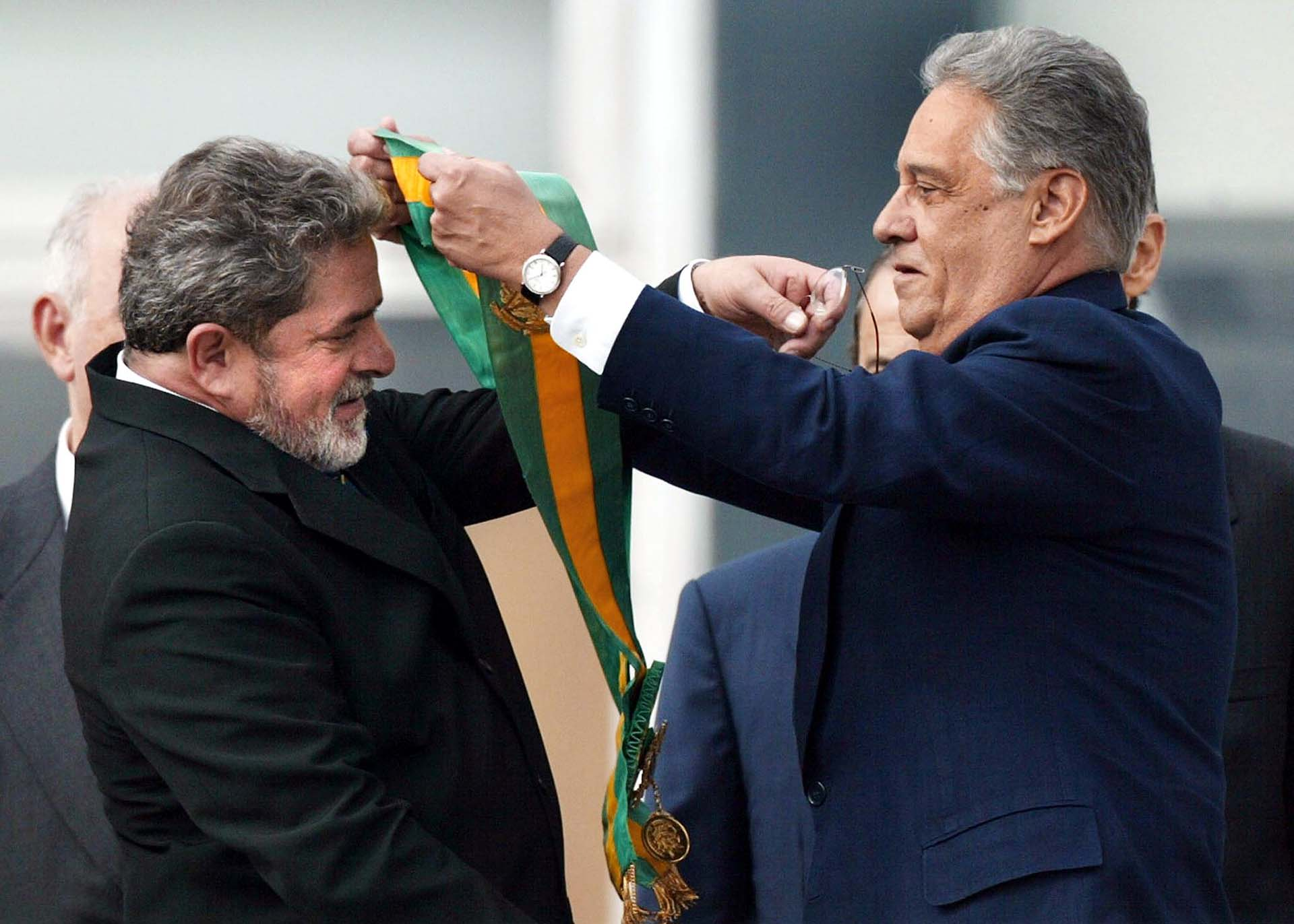 1 de enero de 2003, el presidente Fernando Henrique Cardoso le entrega la banda a su sucesor, Luiz Inácio Lula da Silva, quien se impuso en las elecciones de 2002 después de presentarse como aspirante al cargo en varias ocasiones (1989, 1994 y 1998)(AFP Photo / Orlando Kissner)