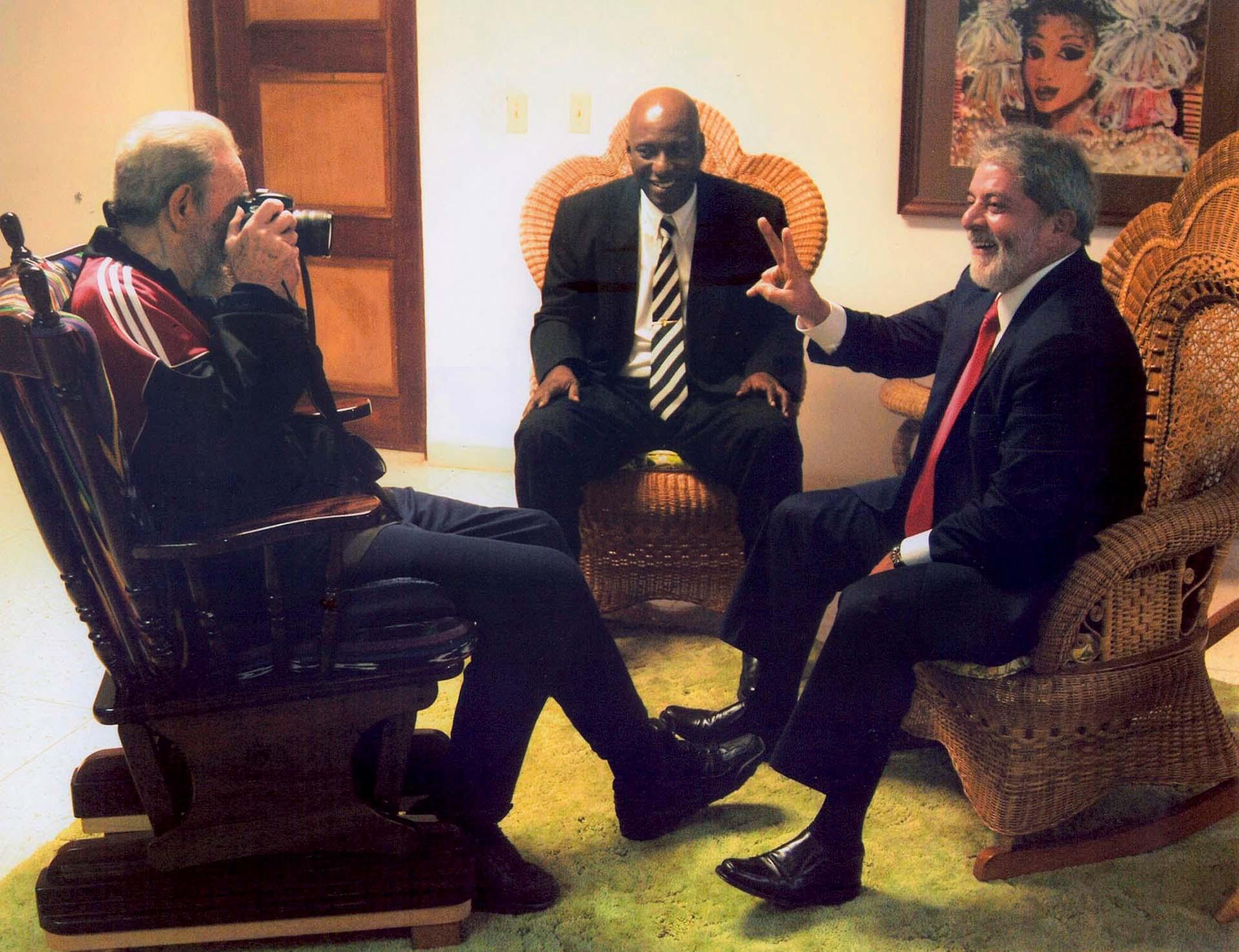 Lula da Silva bromea con el fallecido ex dictador cubano Fidel Castro durante un encuentro privado en La Habana. En la reunión, el ex presidente de Brasil posó para una foto tomada por el propio Fidel (Reuters/File Photo)