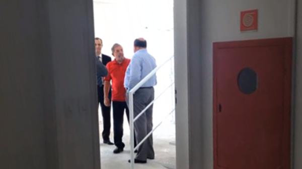 Lula da Silva retratado en 2014 durante una visita al tríplex en el condominio Solaris junto con Léo Pinheiro, el ex presidente de OAS, la empresa acusada de corrupción que le habría regalado el departamento