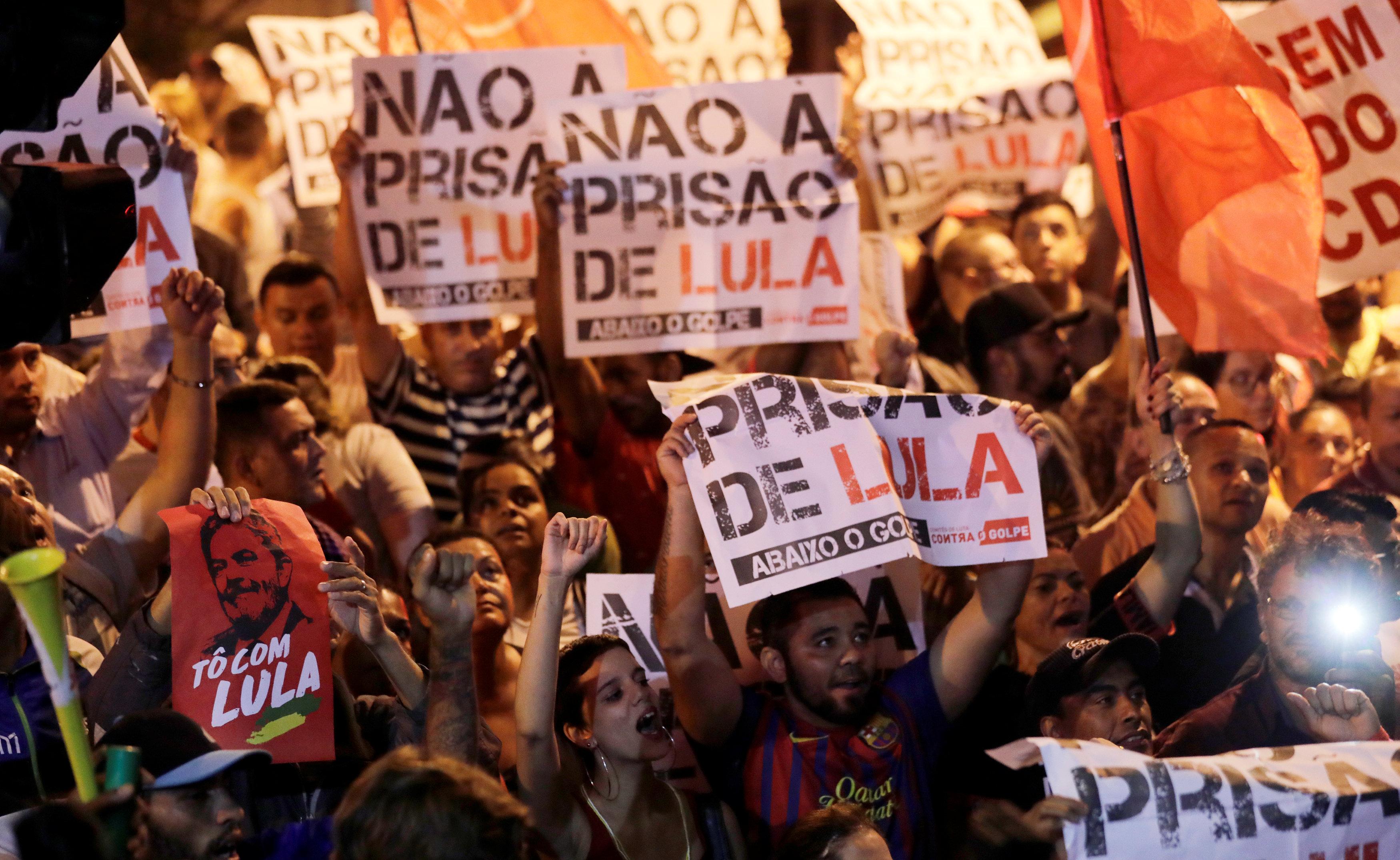 Simpatizantes de Lula muestran su rechazo a la decisión del juez Moro, frente a la sede del sindicato matelúrigico donde se refugió Lula.