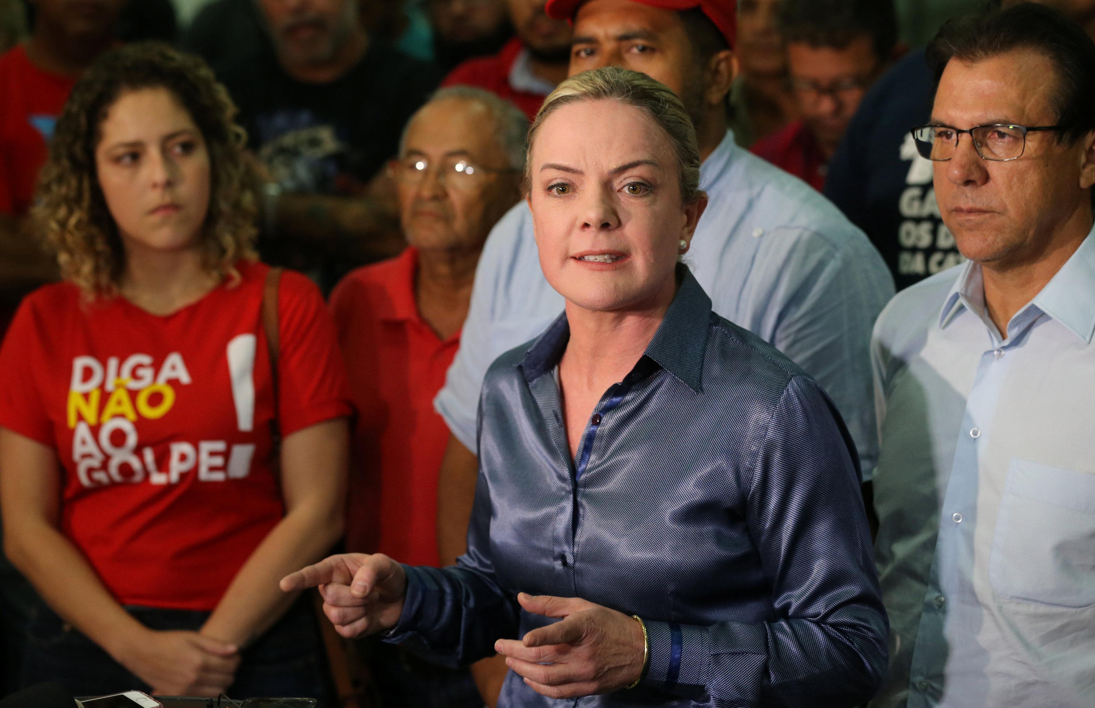 La senadora Gleisi Hoffmann en la manifestación frente al sindicato metalúrgico en Bernardo do Campo (REUTERS/Paulo Whitaker)