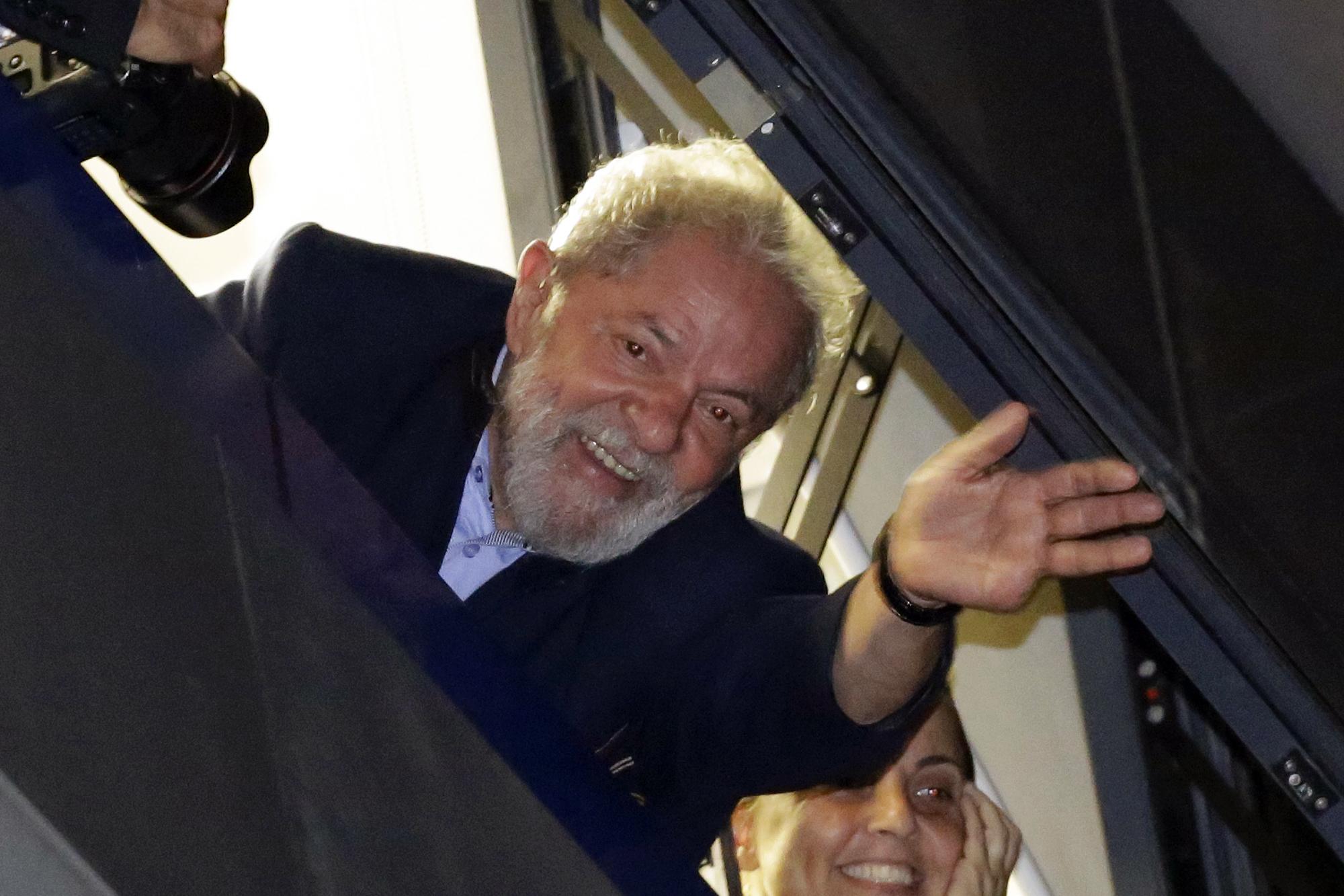 Lula saluda desde el sindicato a sus simpatizantes que se reunieron en la calle para respaldarlo.