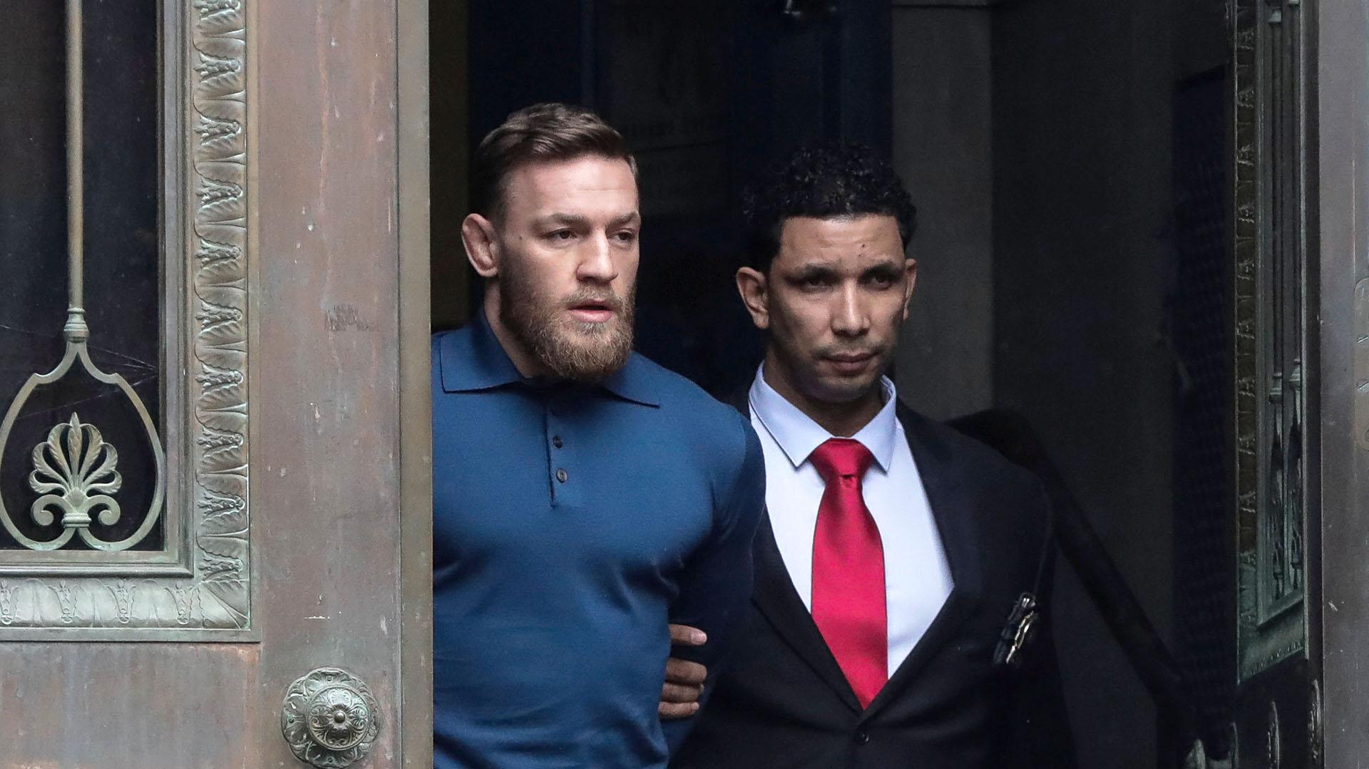 El momento en el que Conor McGregor sale esposado deun juzgado en Nueva York (Reuters/Jeenah Moon)