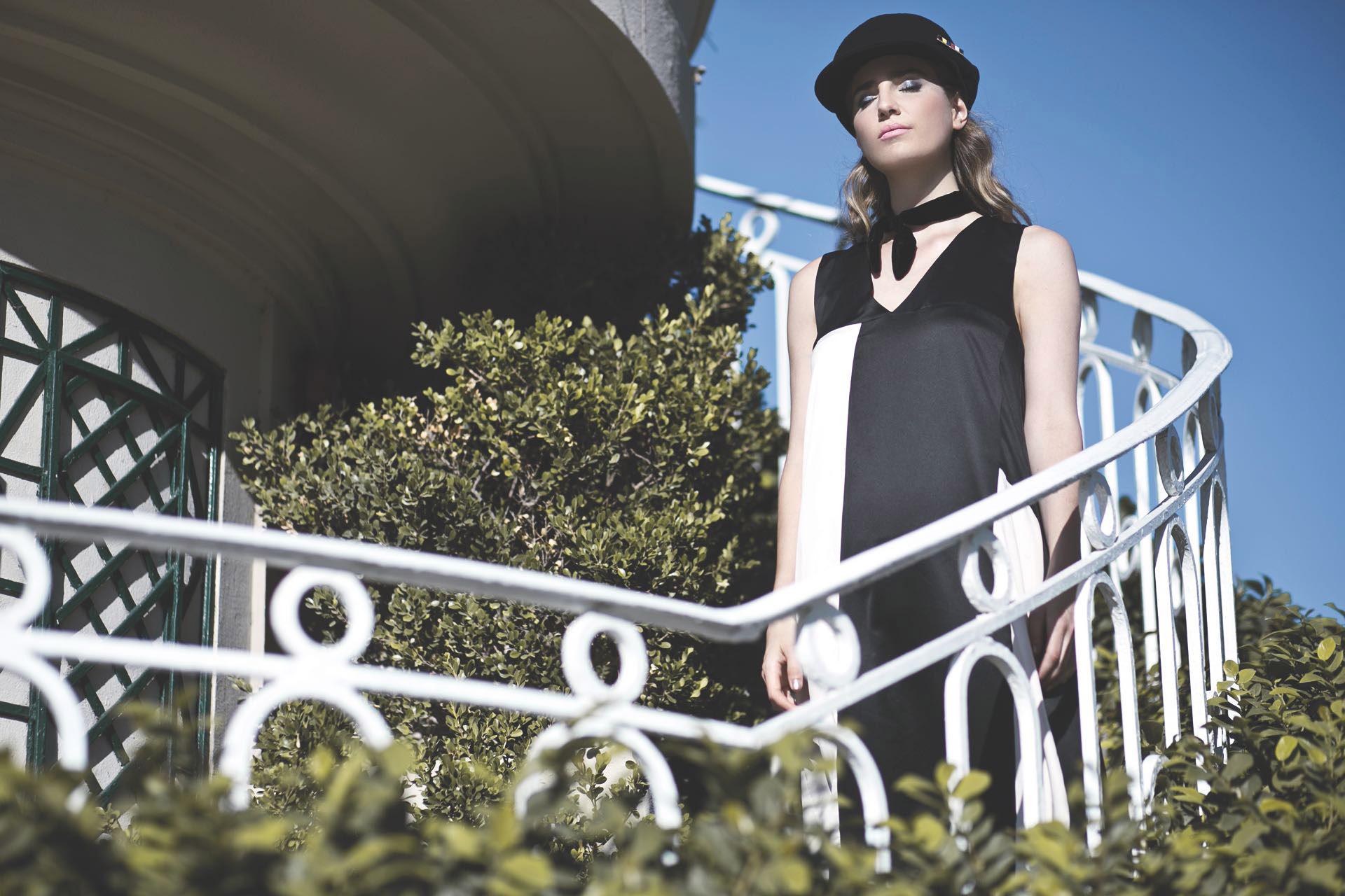 Gorra (Compañía de Sombreros), gargantilla de terciopelo (Vitamina) y vestido largo bicolor ($ 4.200, Uma).