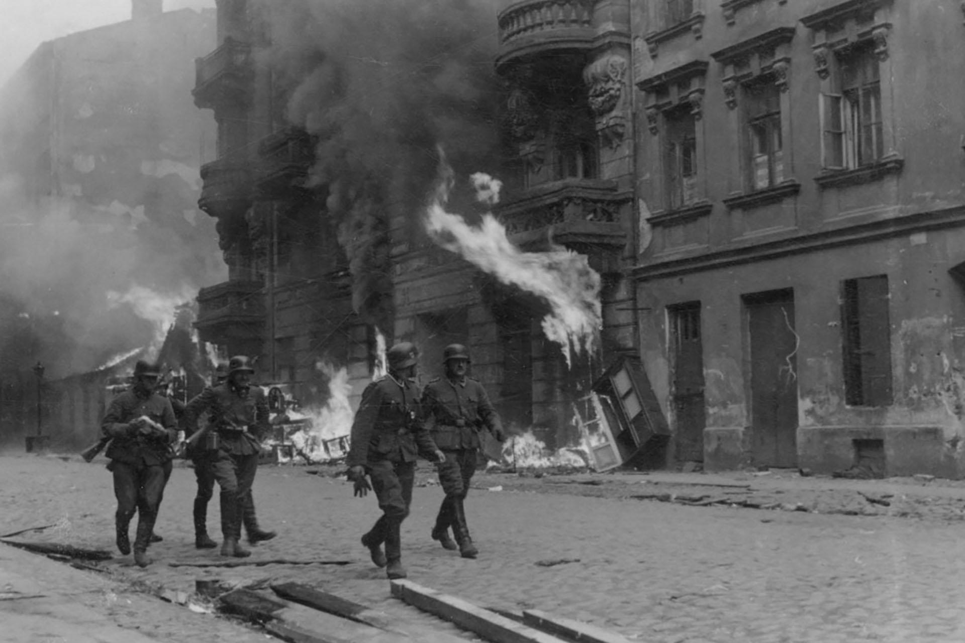 El 18 de enero de 1943 fue la primer resistencia armada. 13 000 judíos murieron en la lucha y 37 000 fueron deportados a Treblinka. Muy pocos sobrevivieron.