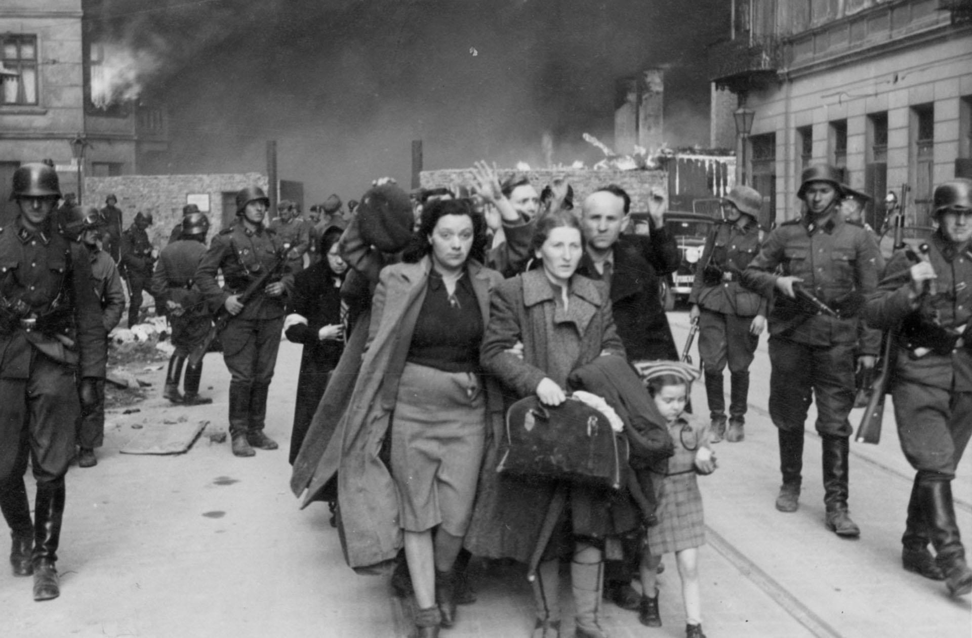 Los judíos capturados por los soldados alemanes eran llevados a los campos de exterminio