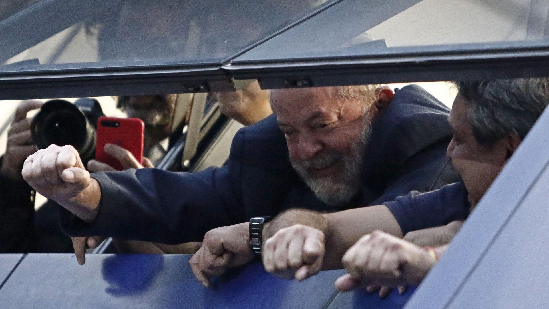 6 de abril.Lulapasómás de 48 horas refugiado en la sede del sindicato que presidió durante la década de 1970 mientras sus abogados negociaban con la policía las condiciones de su entrega(AFP)