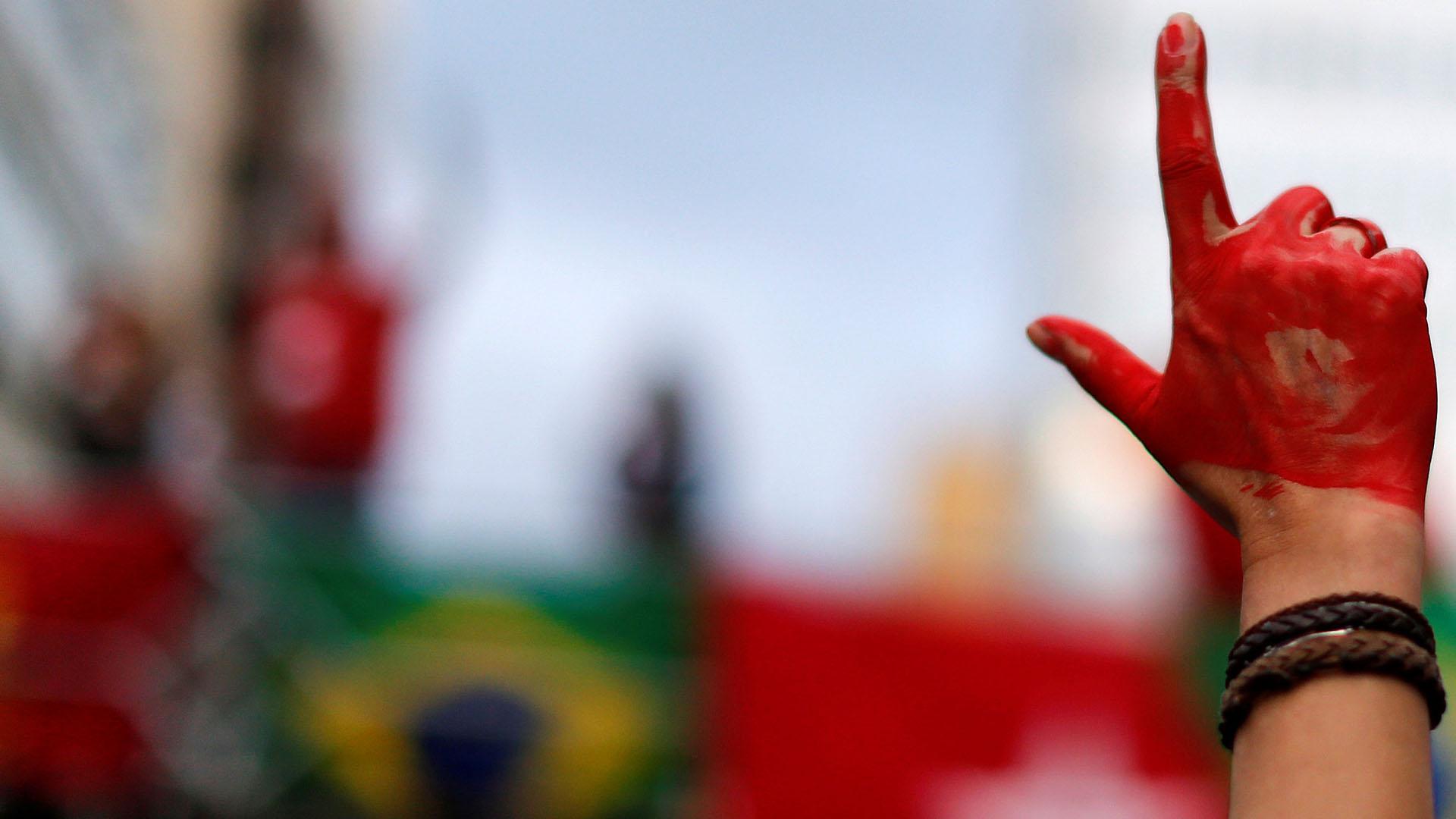 Este viernes simpatizantes y opositores del ex presidente Lula da Silva se congregaron en distintas ciudades brasileñas para demostrar su apoyo o rechazo a la orden de arresto proferida por el juez federal Sérgio Moro. Los opositores se manifestaron principalmente en la ciudad de Curitiba, mientras que los simpatizantes del líder del Partido Trabajador lo hicieron en ciudades como Belo Horizonte, Sao Paulo y Río de Janeiro. (REUTERS/Rodolfo Buhrer)