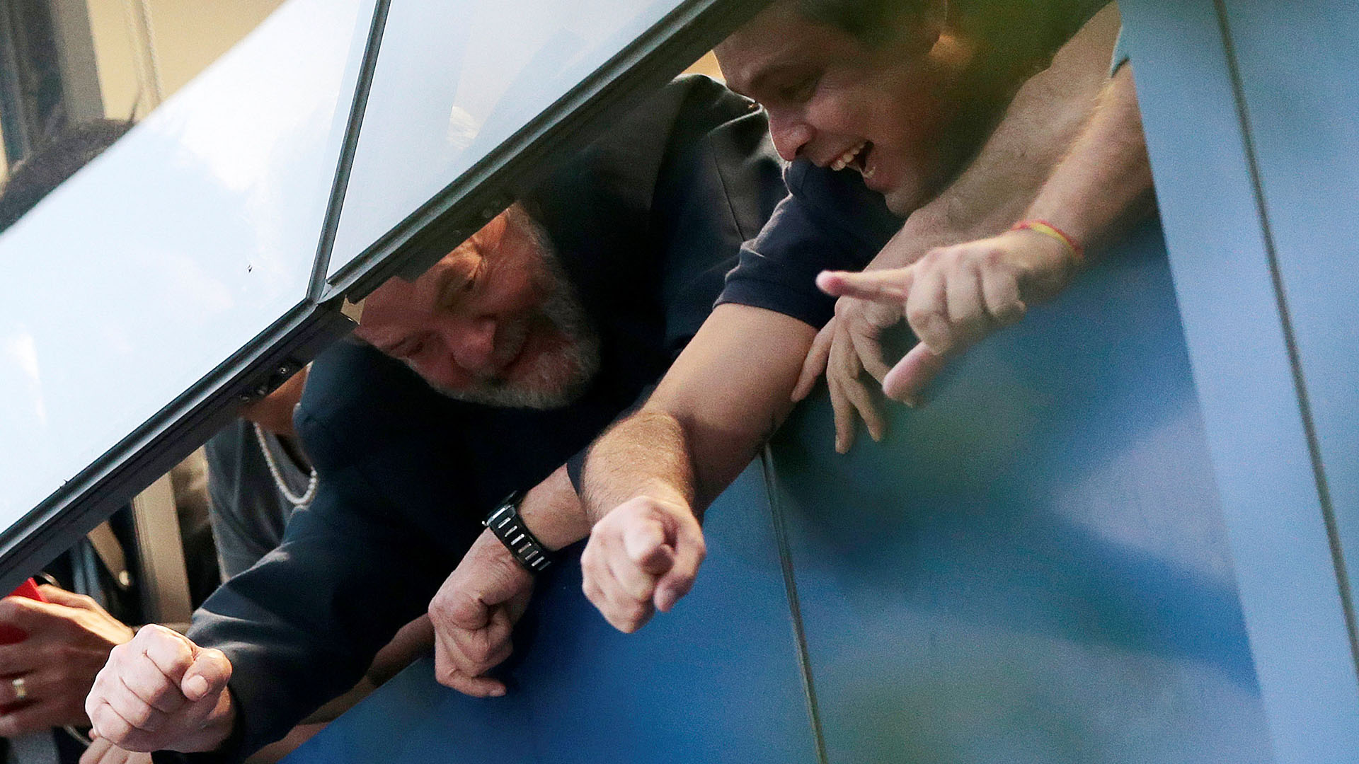 Lula saluda a los simpatizantes desde la ventana del sindicato. (REUTERS/Leonardo Benassatto)