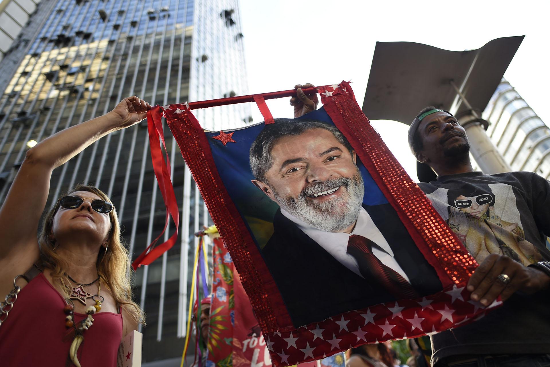 Simpatizande de Lula enBelo Horizonte. (AFP PHOTO / DOUGLAS MAGNO)
