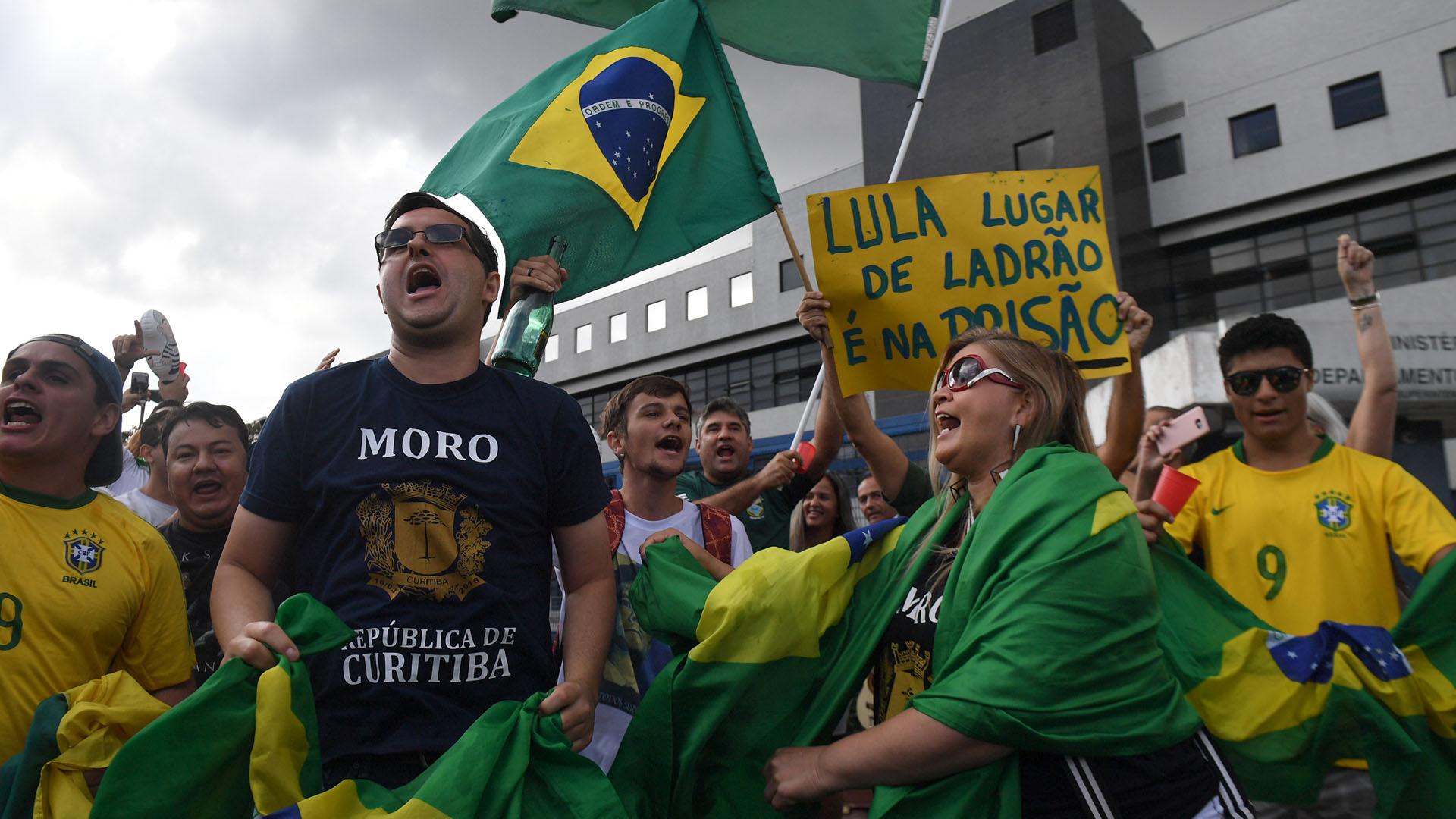 Opositores al ex mandatario, celebraron la decisión del fiscal Moro enCuritiba. (AFP PHOTO / Mauro PIMENTEL)